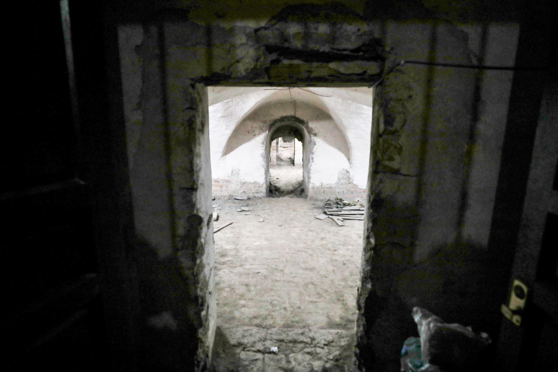 La Municipalidad de Lima halló, en la plazuela de San Francisco, restos de la primitiva capilla de La Soledad, una cripta subterránea, el piso original de cantos rodados de la plazuela y restos del antiguo muro pretil o cerco perimétrico que rodeaba el convento. Foto: ANDINA/Municipalidad de Lima