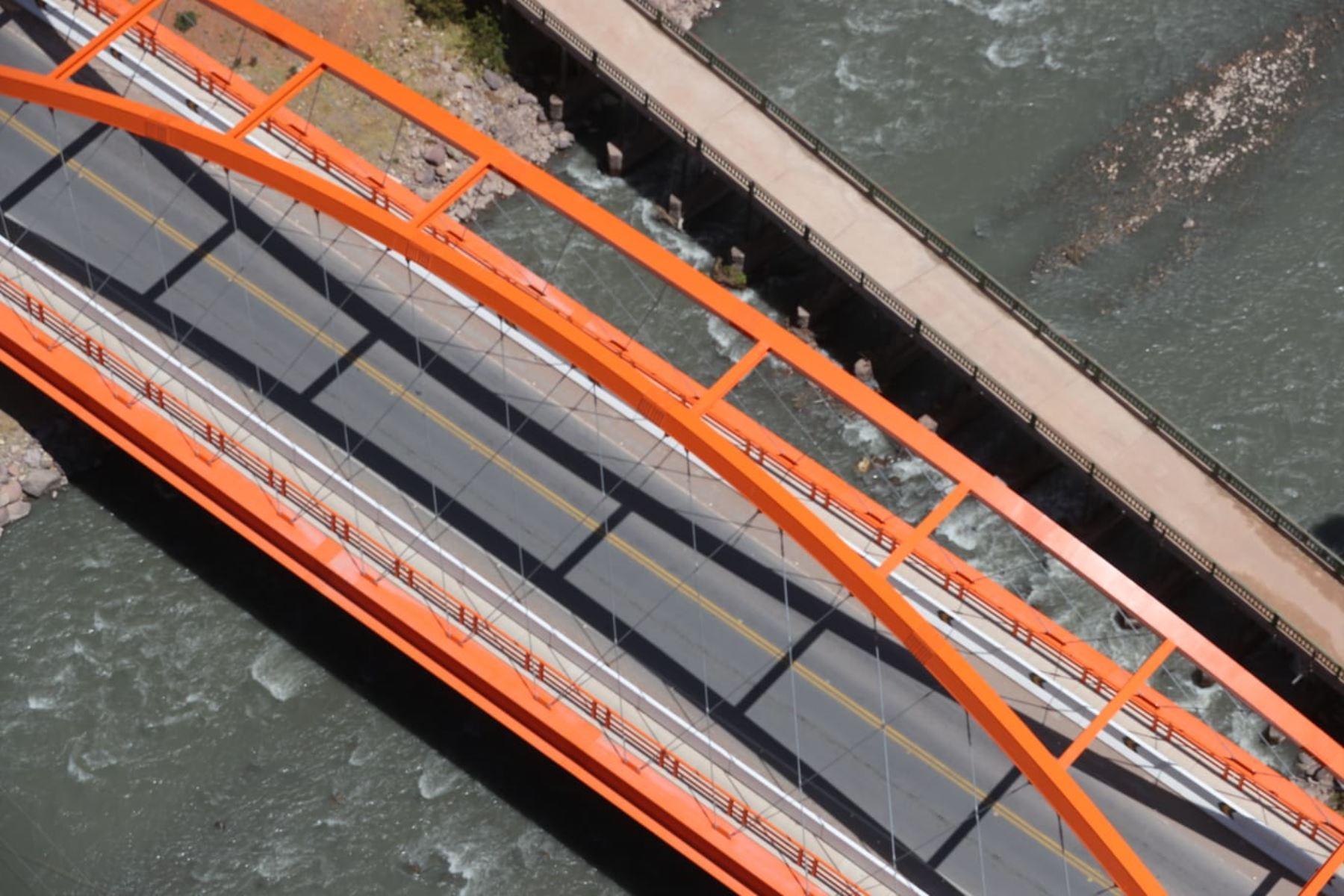 El presidente Martín Vizcarra junto al Ministro de Transportes y Comunicaciones, supervisa la puesta en funcionamiento de las obras de mejoramiento del Puente Combapata. Foto: ANDINA/Prensa Presidencia