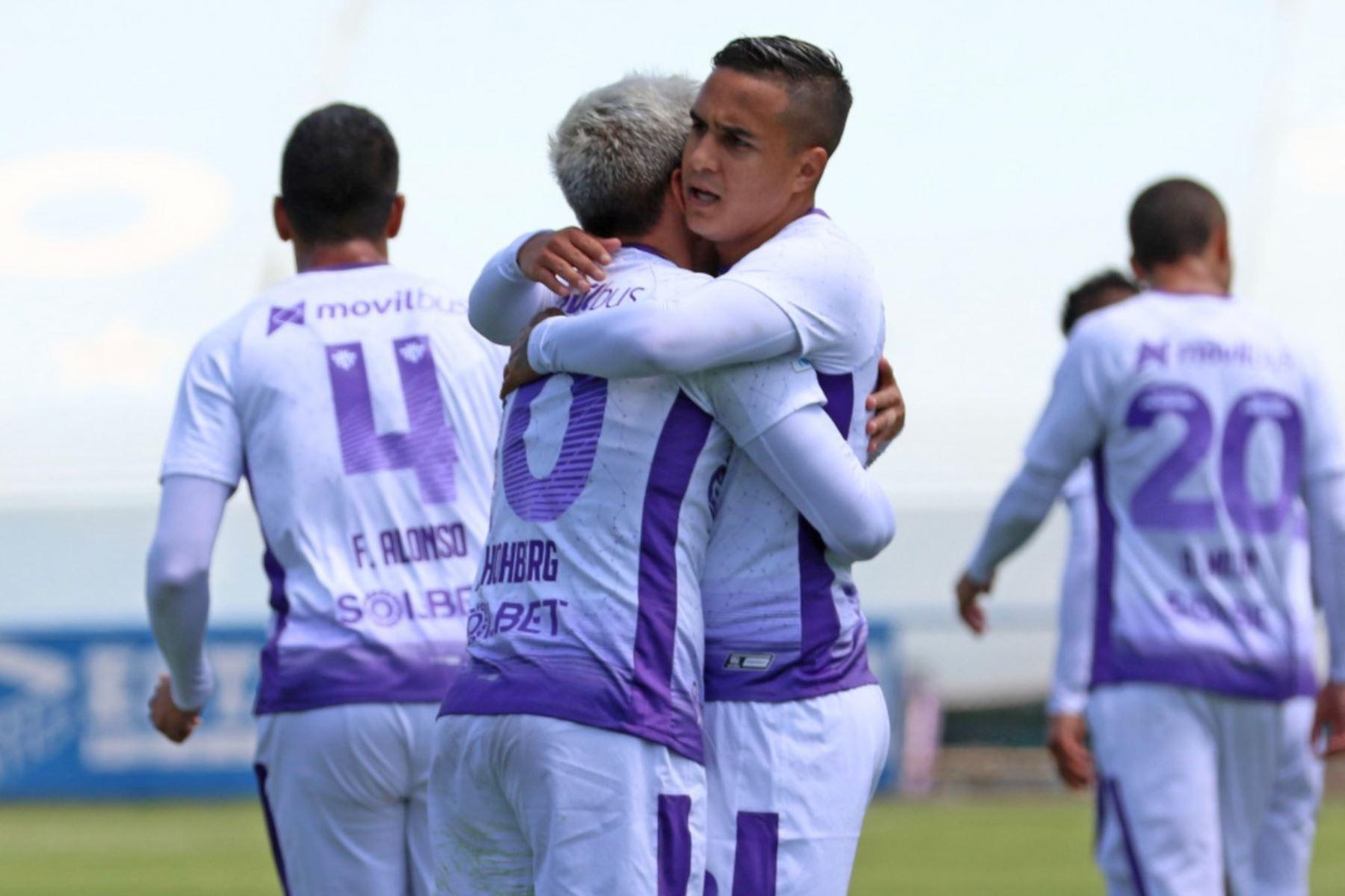 El futbolista de Universitario, Alejandro Hohberg, celebra junto a sus compañeros tras anotar el primer gol ante Mannucci por la jornada 13 de la Liga 1, en el estadio Alberto Gallardo. Foto: @LigaFutProf