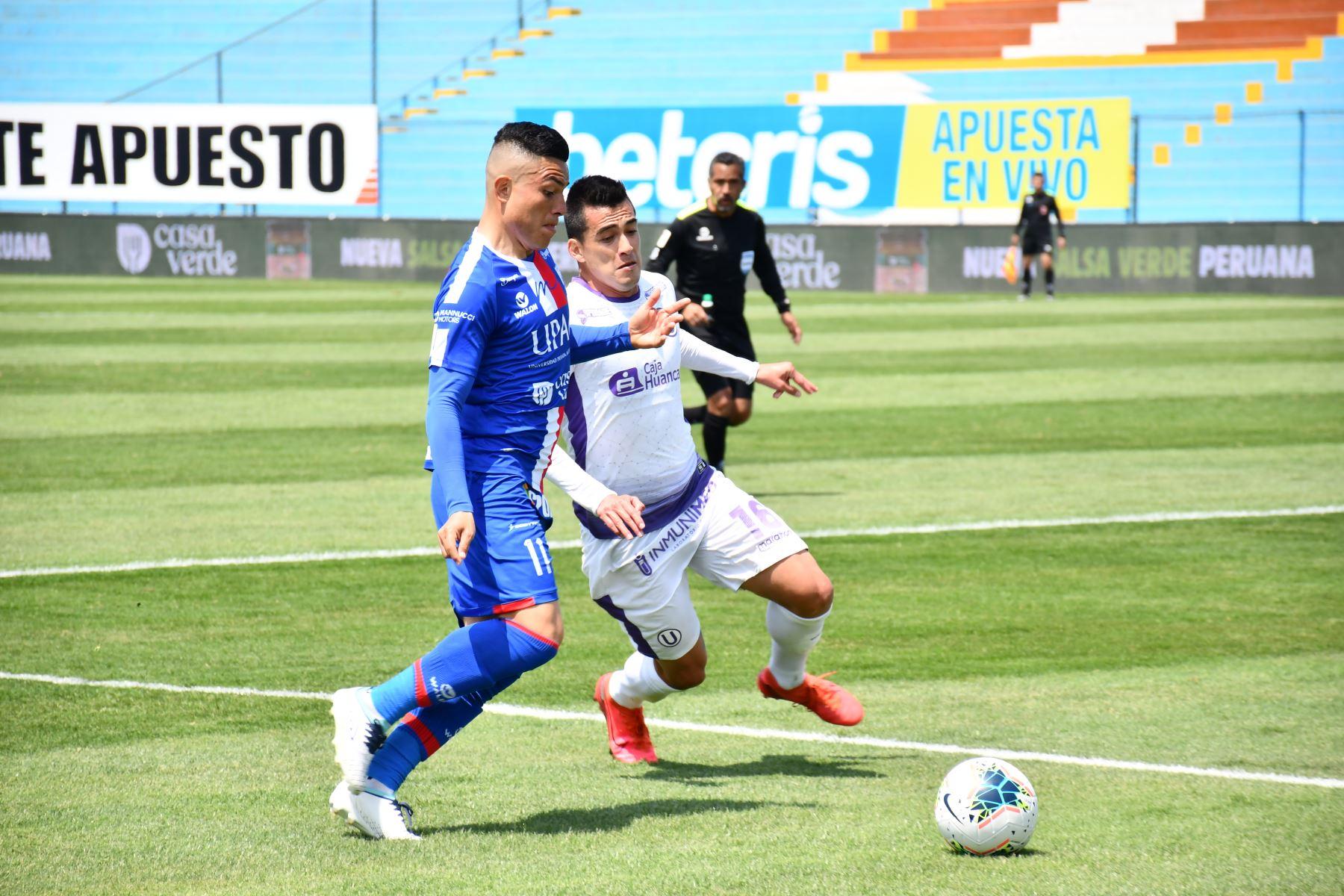 El futbolista J. Nuñez de Mannucci se enfrenta a I. Santillán de Universitario por la jornada 13 de la Liga 1, en el estadio Alberto Gallardo. Foto: @LigaFutProf
