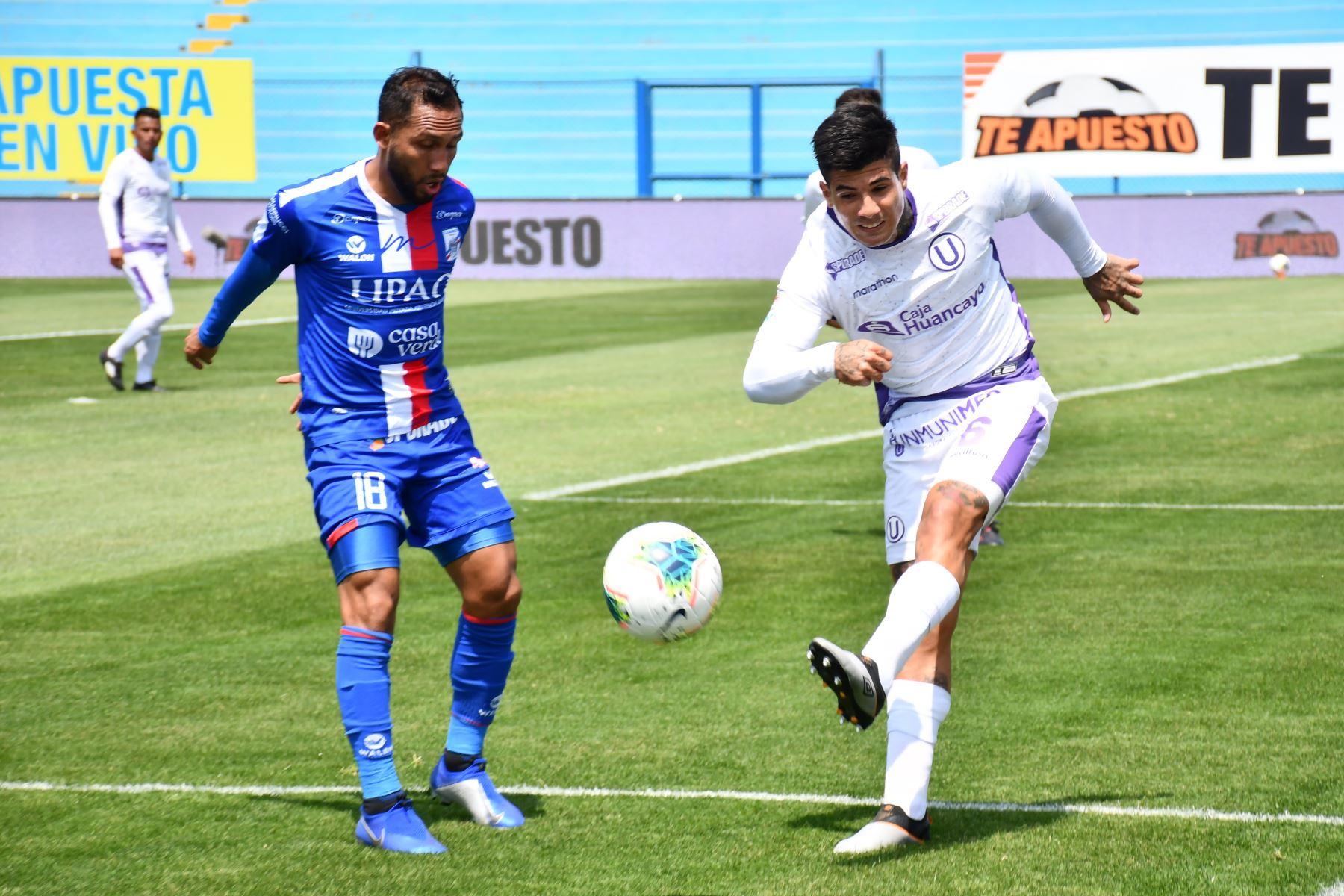 El futbolista A. Alfageme de Universitario se enfrenta a su rival A. López de Mannuci por la jornada 13 de la Liga 1, en el estadio Alberto Gallardo. Foto: @LigaFutProf