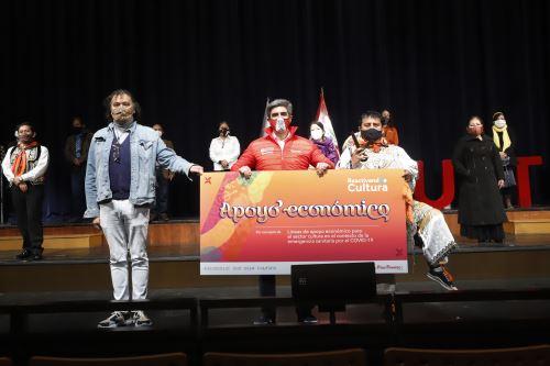 El ministro de Cultura, Alejandro Neyra, en ceremonia de entrega de las Líneas de Apoyo Económico a distintos trabajadores culturales de Lima esta mañana en el Gran Teatro Nacional. Foto: Ministerio de Cultura