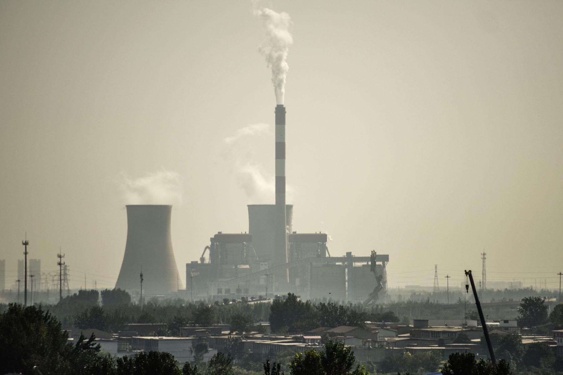 Esta fotografía tomada el 25 de septiembre de 2015 muestra una fábrica en las afueras de Shijiazhuang en la provincia china de Hebei, calificada como la ciudad más contaminada de China. Foto: AFP
