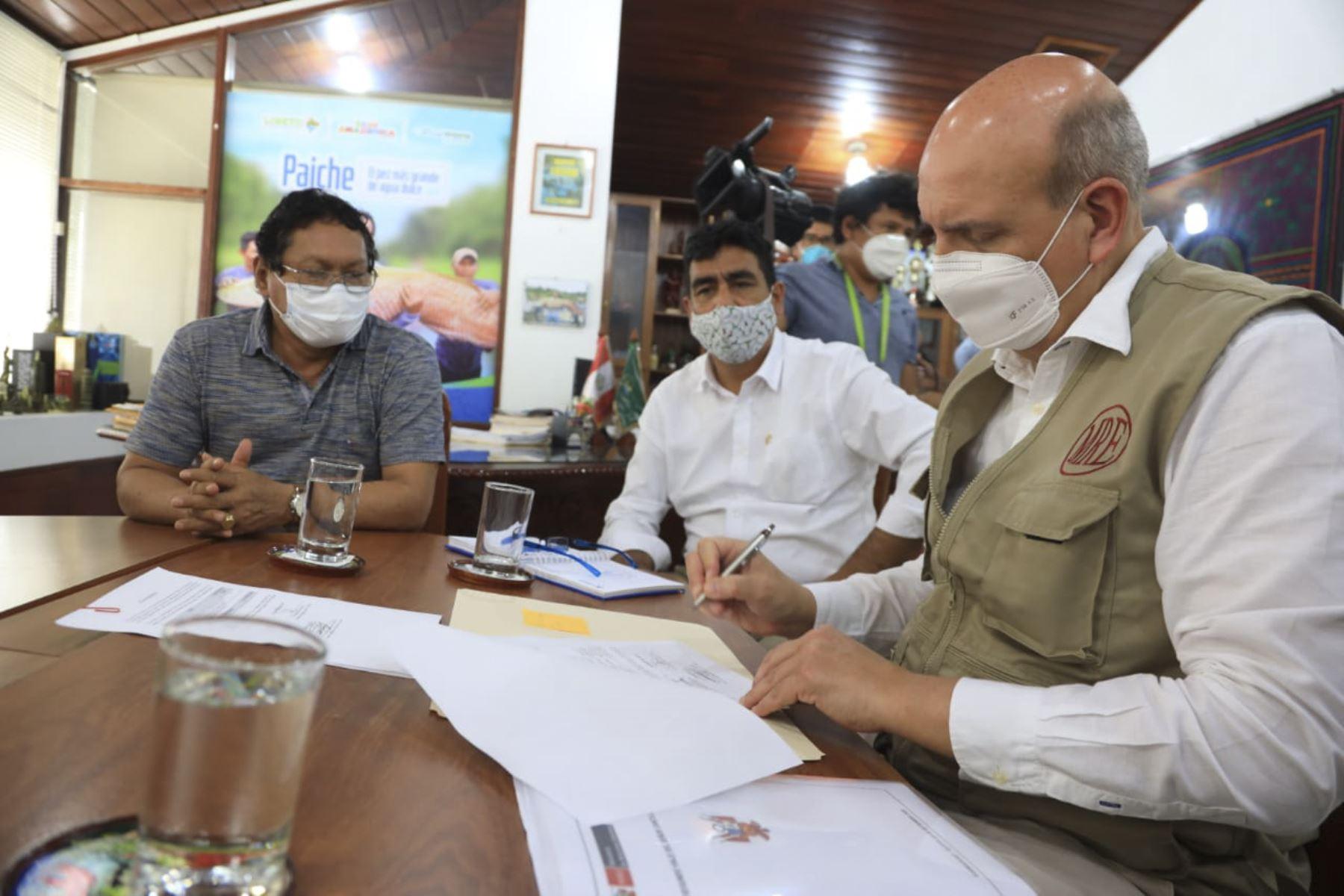 En Iquitos, el canciller, Mario López Chávarri, entregó a la Dirección Regional de Salud (DIRESA) equipos de protección personal para la lucha contra la covid-19 y sostuvo una reunión de trabajo con el gobernador regional de Loreto, Elisban Ochoa. Foto: Cancillería
