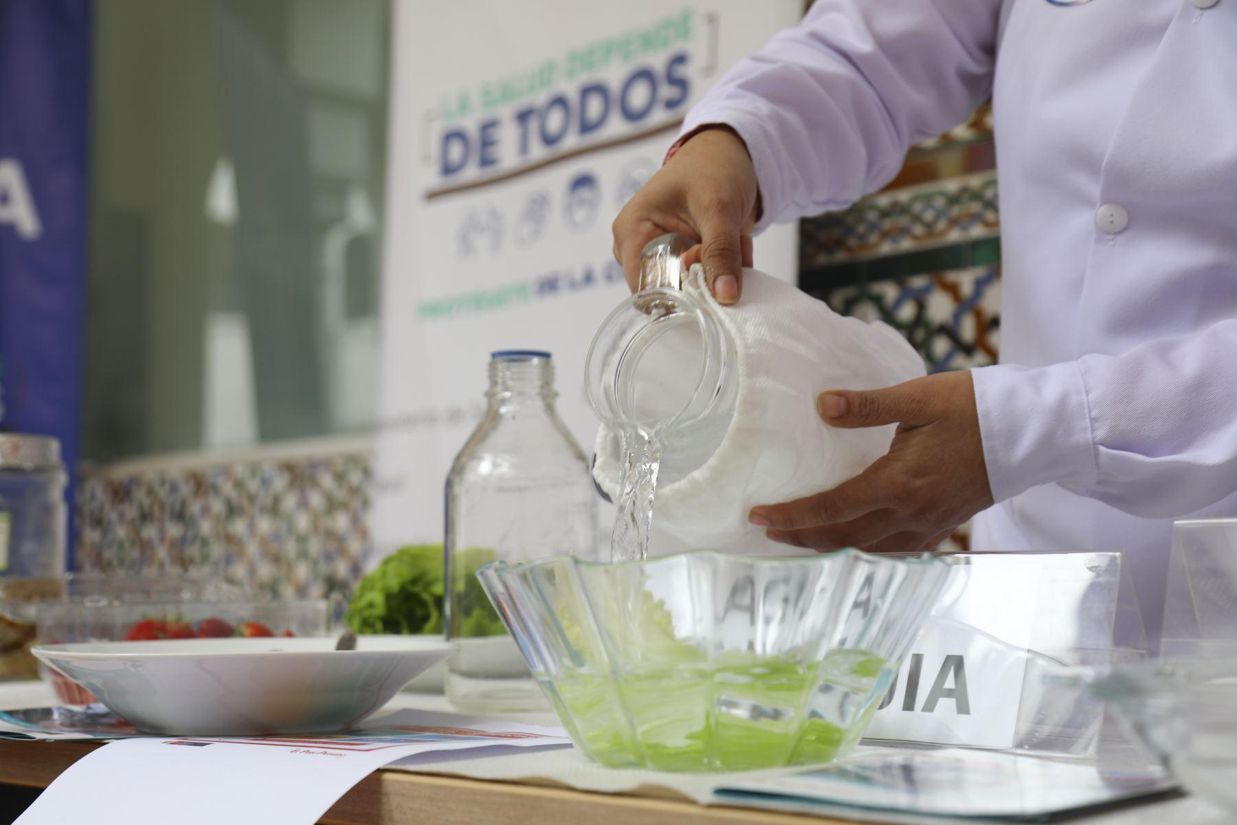 La bióloga del Laboratorio de Enteroparásitos del (INS), Kathia Tarqui, recomendó desinfectar los alimentos, realizar el correcto lavado de manos, especialmente después de usar los servicios higiénico, y desparasitarse por lo menos dos veces al año. Foto: Minsa
