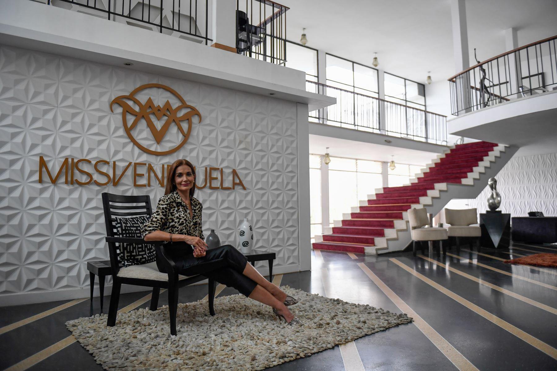 La Gerente General del certamen de belleza Miss Venezuela, Ninia Sicilia, posa luego de una entrevista, en la estación de televisión Venevisión, en Caracas. Foto: AFP