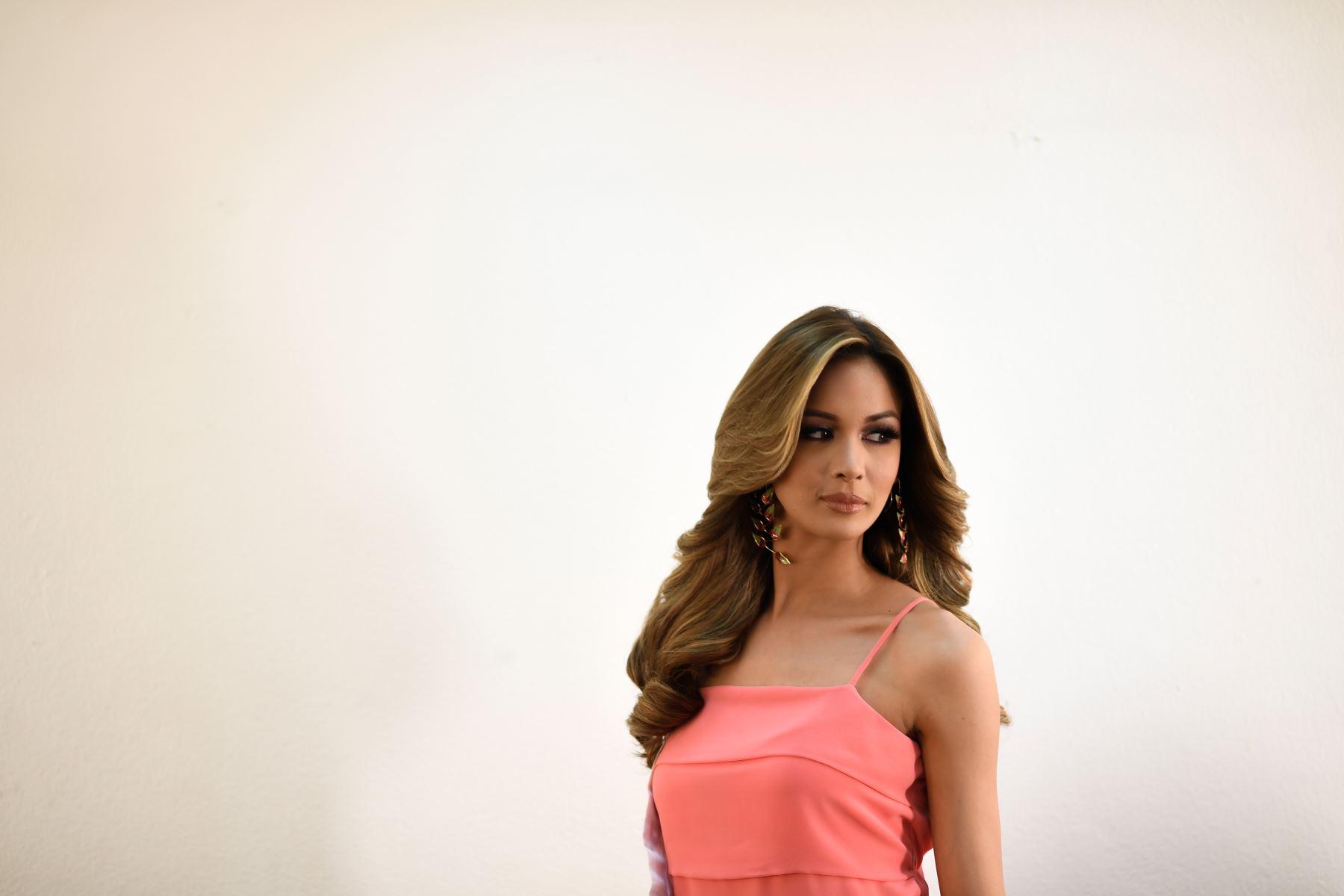 La concursante del certamen de belleza Miss Venezuela se prepara en el camerino antes de reunirse con los jueces del certamen. Foto: AFP