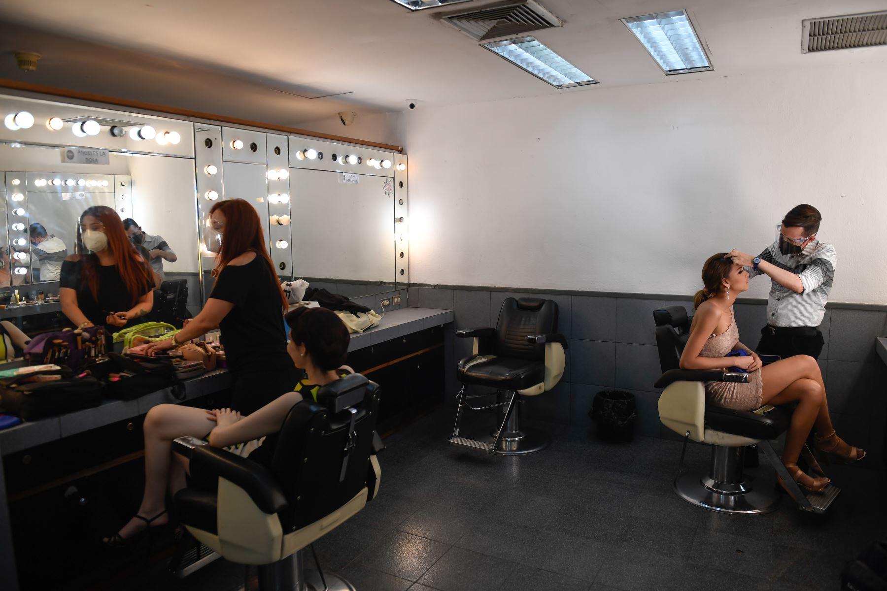 Las concursantes de Miss Venezuela se preparan en el camerino antes de una reunirse con los jueces, en la estación de televisión Venevisión, en Caracas. Foto: AFP