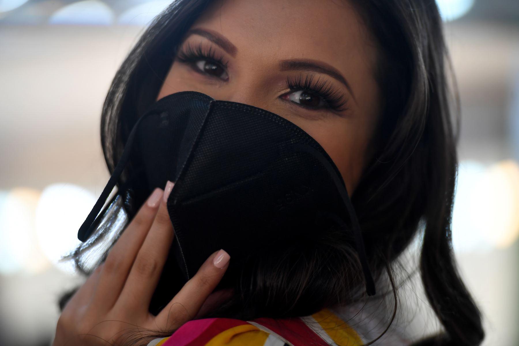 La concursante de Miss Venezuela posa en el camerino antes de reunirse con los jueces, en la estación de televisión Venevisión, en Caracas. Foto: AFP