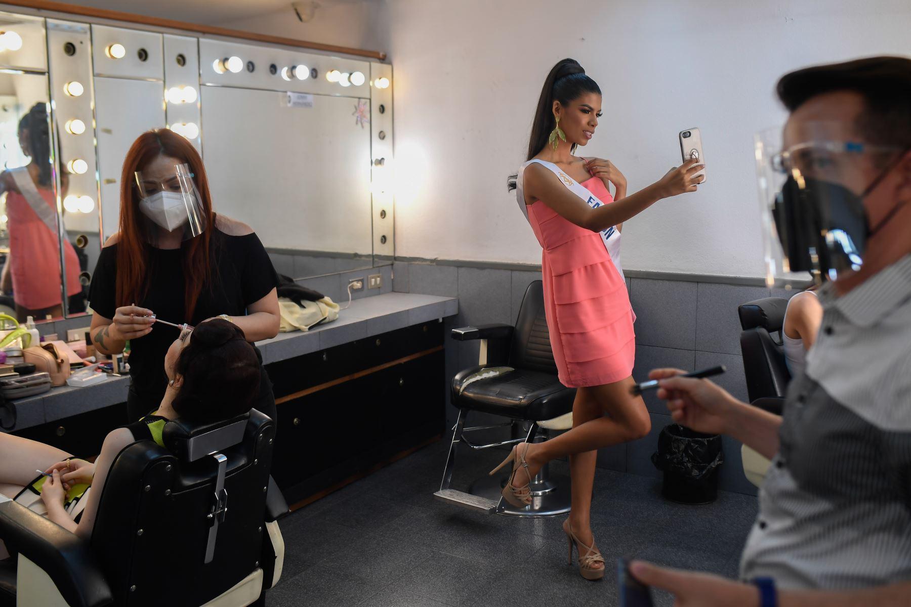 La concursante venezolana, Betzabeth Hernández, se toma una selfie en el camerino antes de reunirse con los jueces del certamen. Foto: AFP