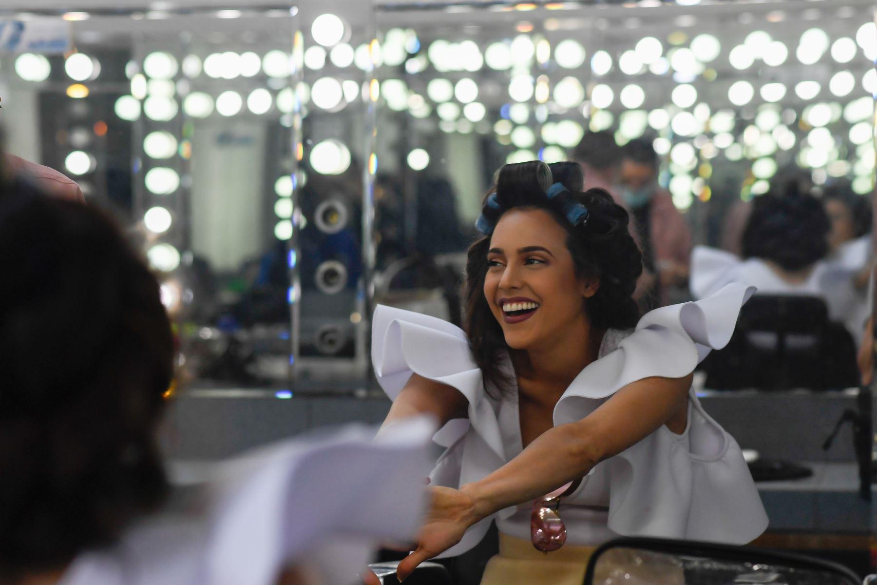 La concursante del estado Miranda, Luiseth Materan, se prepara en el camerino antes de una reunión con los jueces del certamen de belleza. Foto: AFP