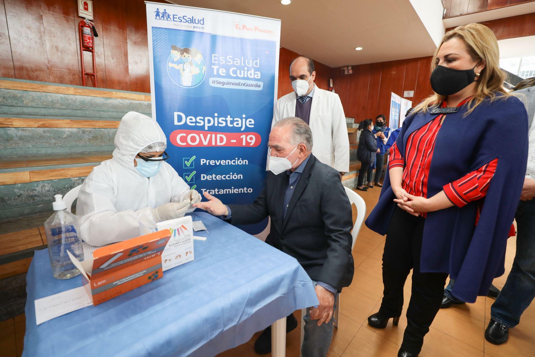 La presidenta ejecutiva de EsSalud, Fiorella Molinelli, participó en campaña de vacunación contra la influenza y el neumococo dirigida a adultos mayores de San Miguel Foto: ANDINA/Difusión