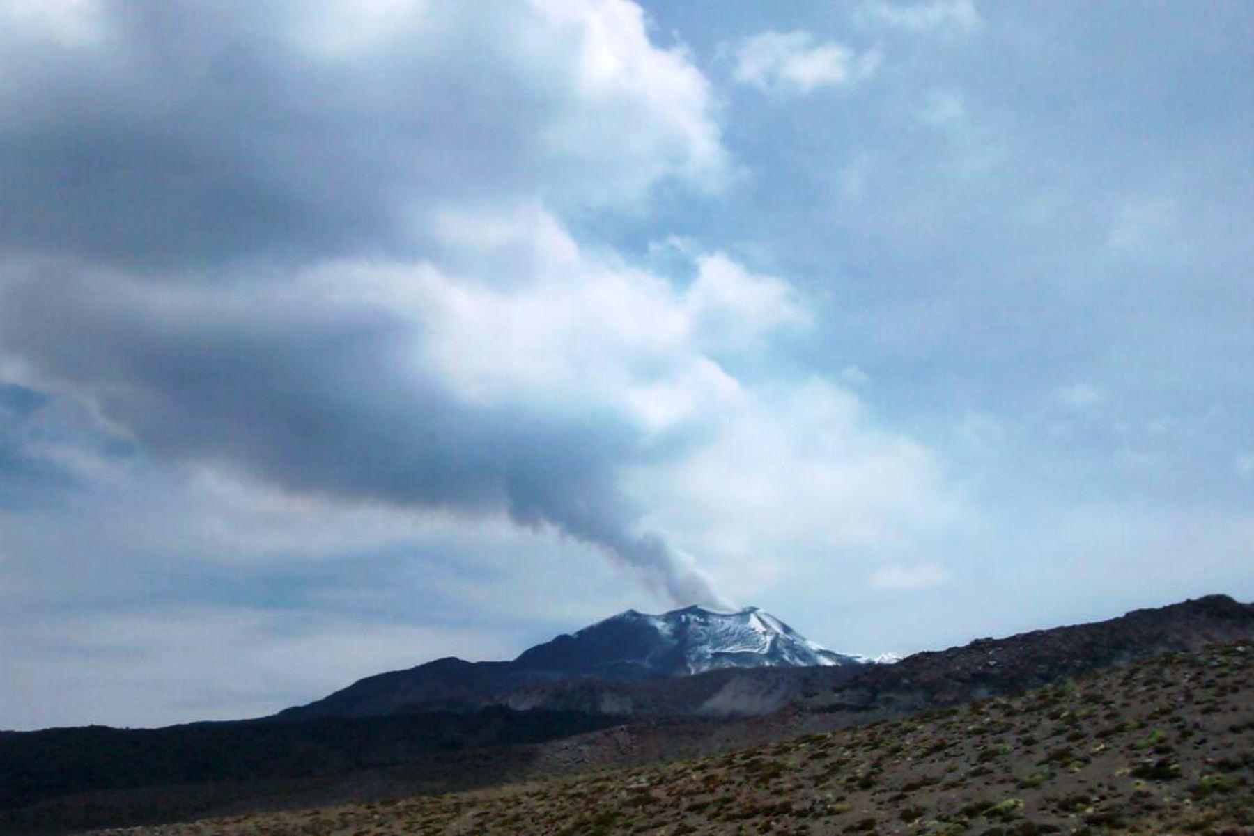 El volcán Sabancaya registró esta mañana varias explosiones seguida de expulsión de cenizas. ANDINA/Archivo