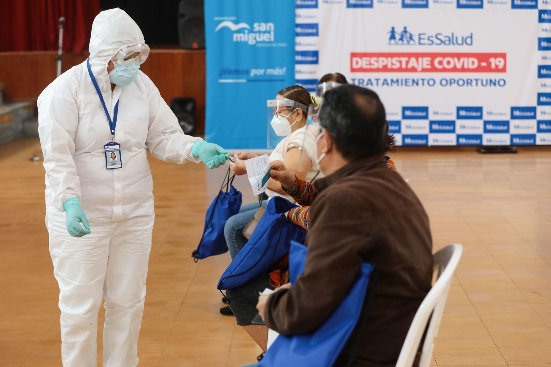 """EsSalud realiza la campaña """" Essalud te cuida """" que ofrece servicios de  descarte de Covid y entrega de tratamiento, además de  vacunaciones contra la influenza y neumococo.Hasta el momento  han  vacunado  81,412 pacientes contra la Influenza y 98,041 contra el neumococo. Foto: Essalud"""