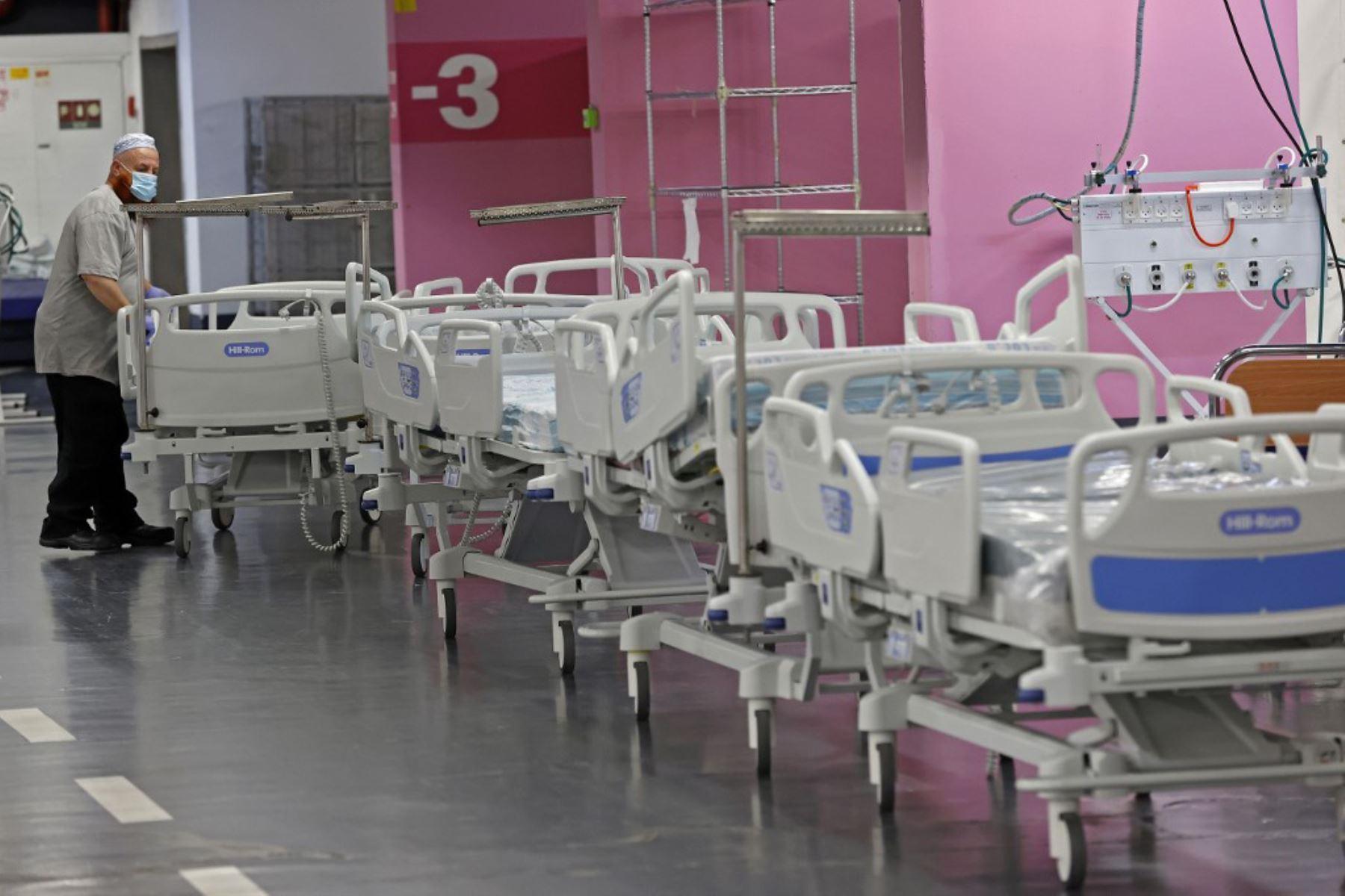 Un técnico prepara camas en el estacionamiento subterráneo del Rambam Health Care Campus, que se transformó en una instalación de cuidados intensivos para pacientes con coronavirus, en la ciudad de Haifa, en el norte de Israel. Foto: AFP
