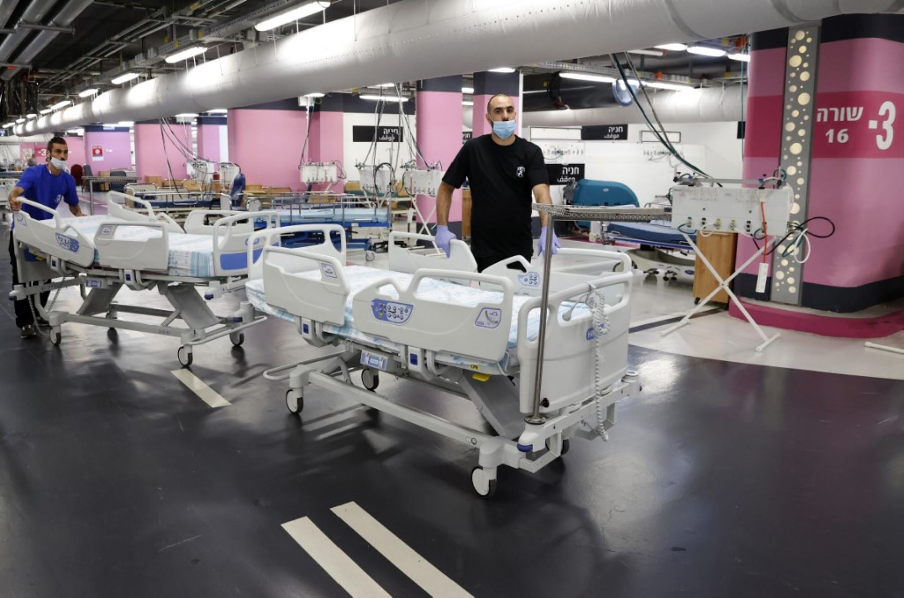 Un técnico prepara camas en el estacionamiento subterráneo del Rambam Health Care Campus, que se transformó en una instalación de cuidados intensivos para pacientes con coronavirus, en la ciudad de Haifa, en el norte de Israel,