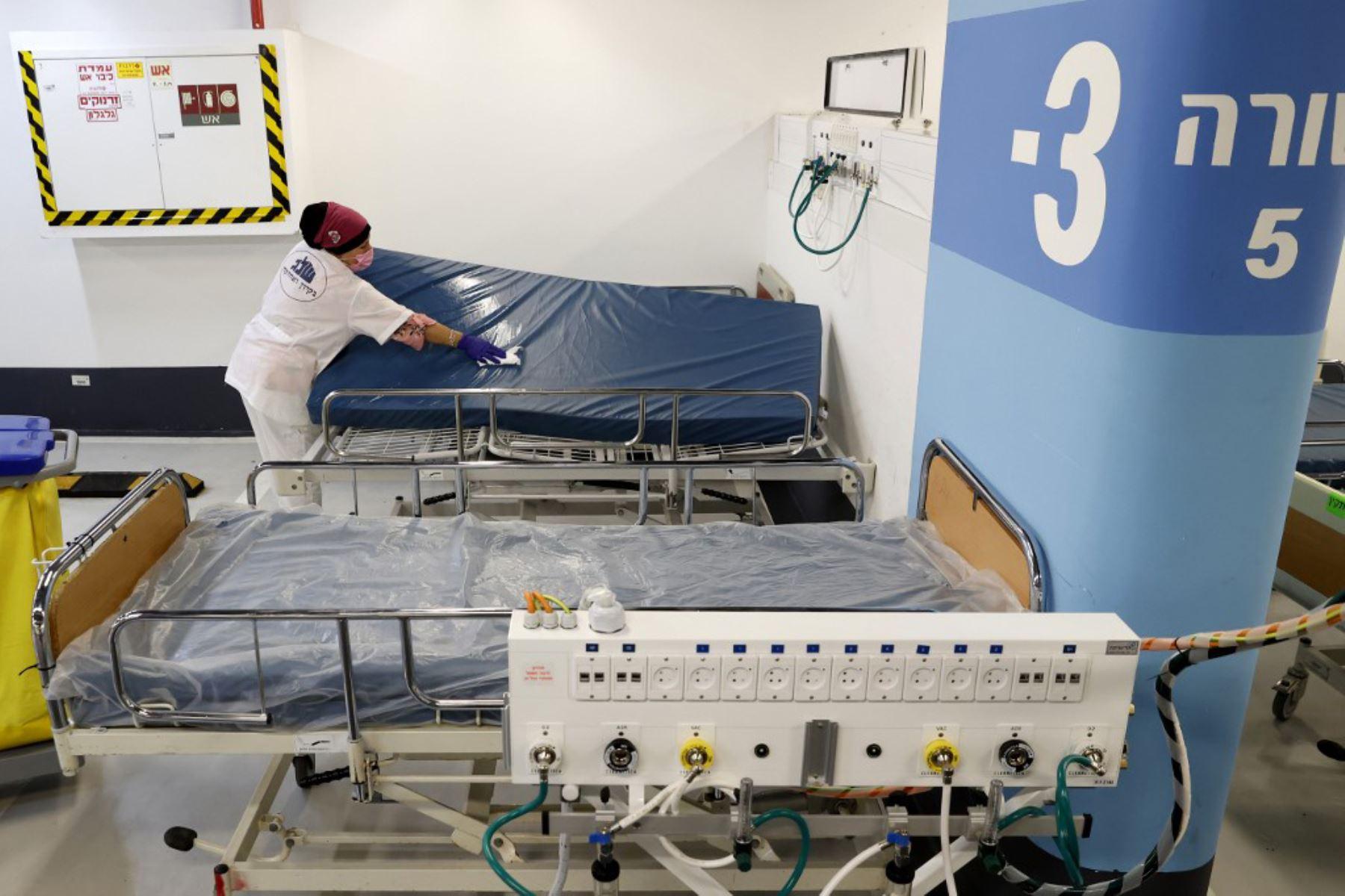 Un trabajador limpia un colchón de cama en el estacionamiento subterráneo del Rambam Health Care Campus, que se transformó en un centro de cuidados intensivos para pacientes con coronavirus, en la ciudad de Haifa, en el norte de Israel. Foto: AFP