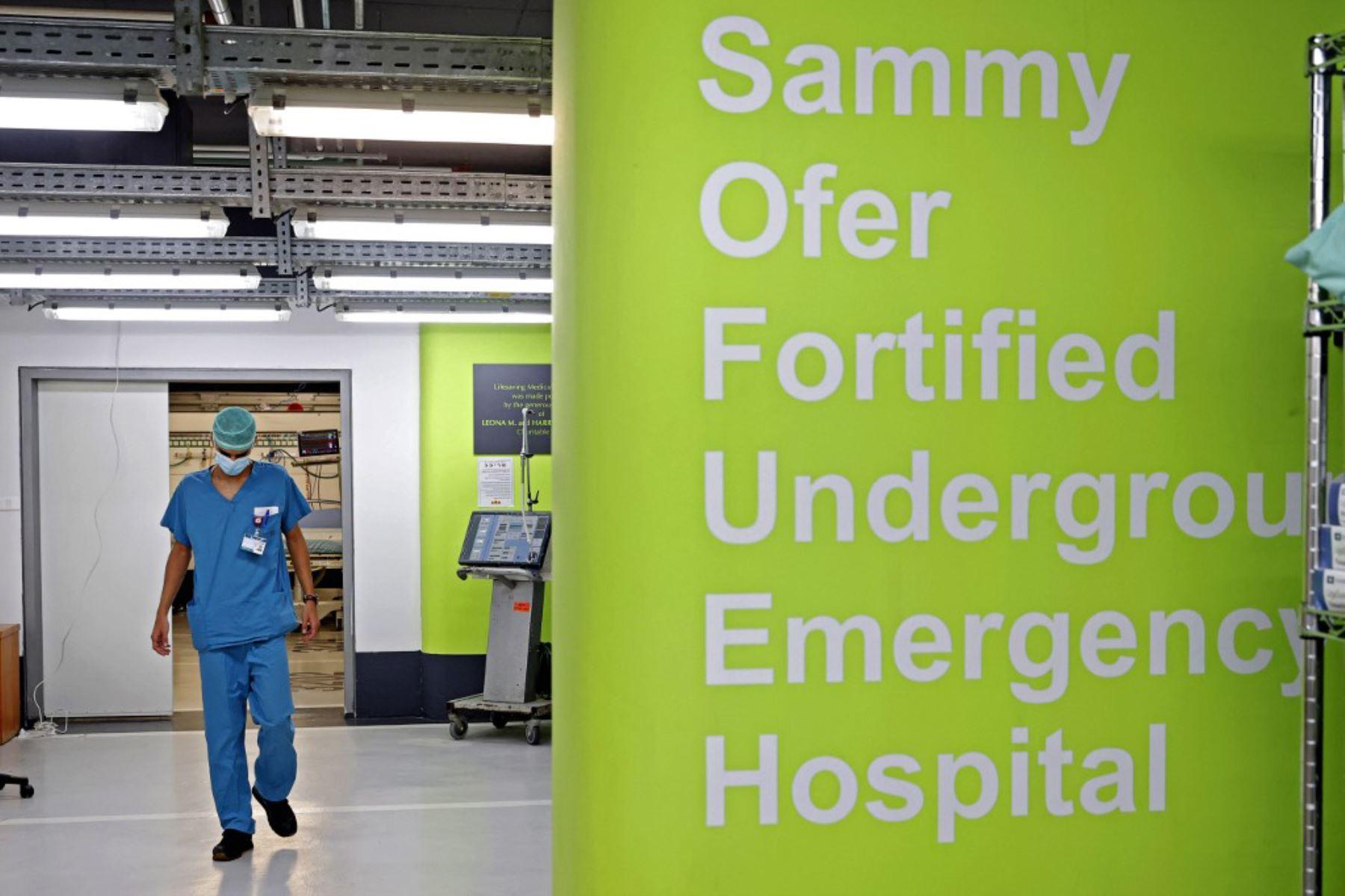 Un médico trabaja en el estacionamiento subterráneo del Rambam Health Care Campus, que se transformó en un centro de cuidados intensivos para pacientes con coronavirus, en la ciudad de Haifa, en el norte de Israel. Foto: AFP
