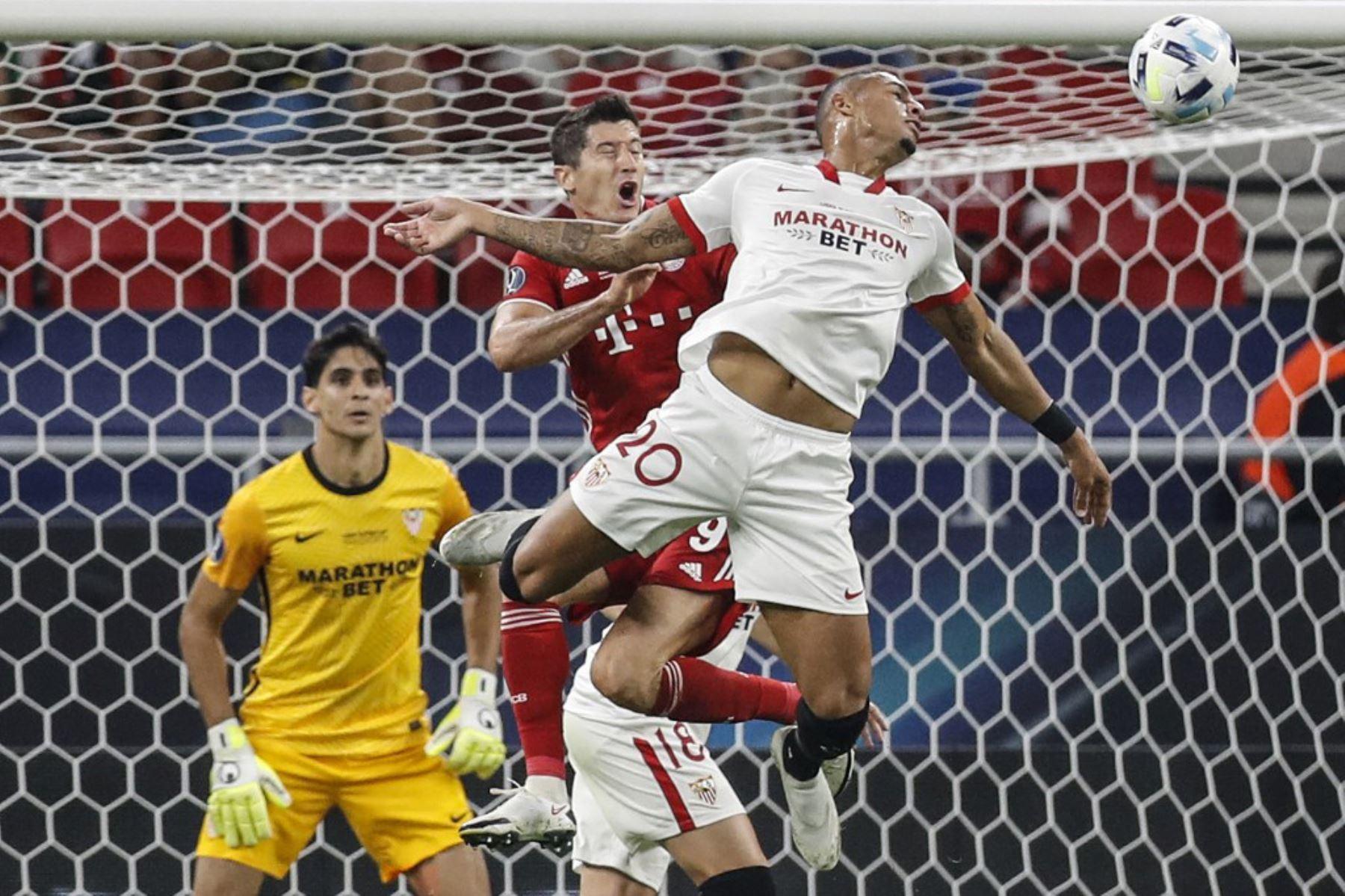 El defensor brasileño del Sevilla Diego Carlos  y el delantero polaco del Bayern Munich, Robert Lewandowski, compiten por el balón durante el partido de fútbol de la Supercopa de la UEFA entre el FC Bayern Munich y el Sevilla FC en el Puskas Arena en Budapest, Hungría. Foto: AFP