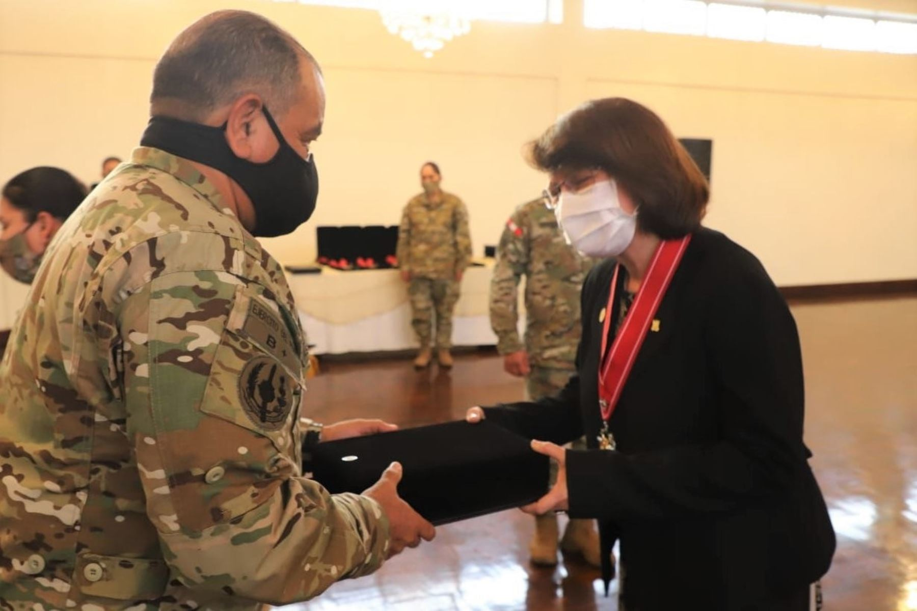 Peru: Armed Forces honor high-ranking health officials / Photo: Twitter