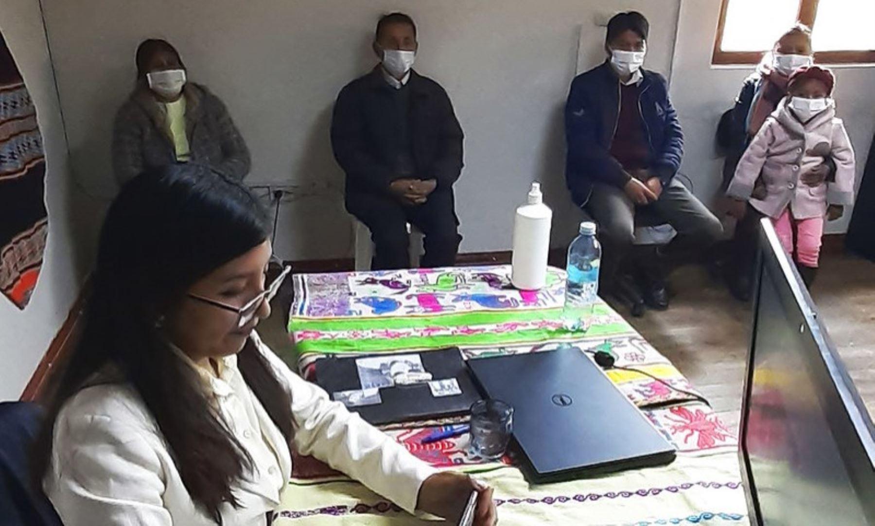 Maribel Huaquisto es una joven puneña que sustentó con éxito su tesis de manera virtual desde el Tambo Uru Ayllu y se tituló como nutricionista en la Universidad Nacional del Altiplano. ANDINA/Difusión