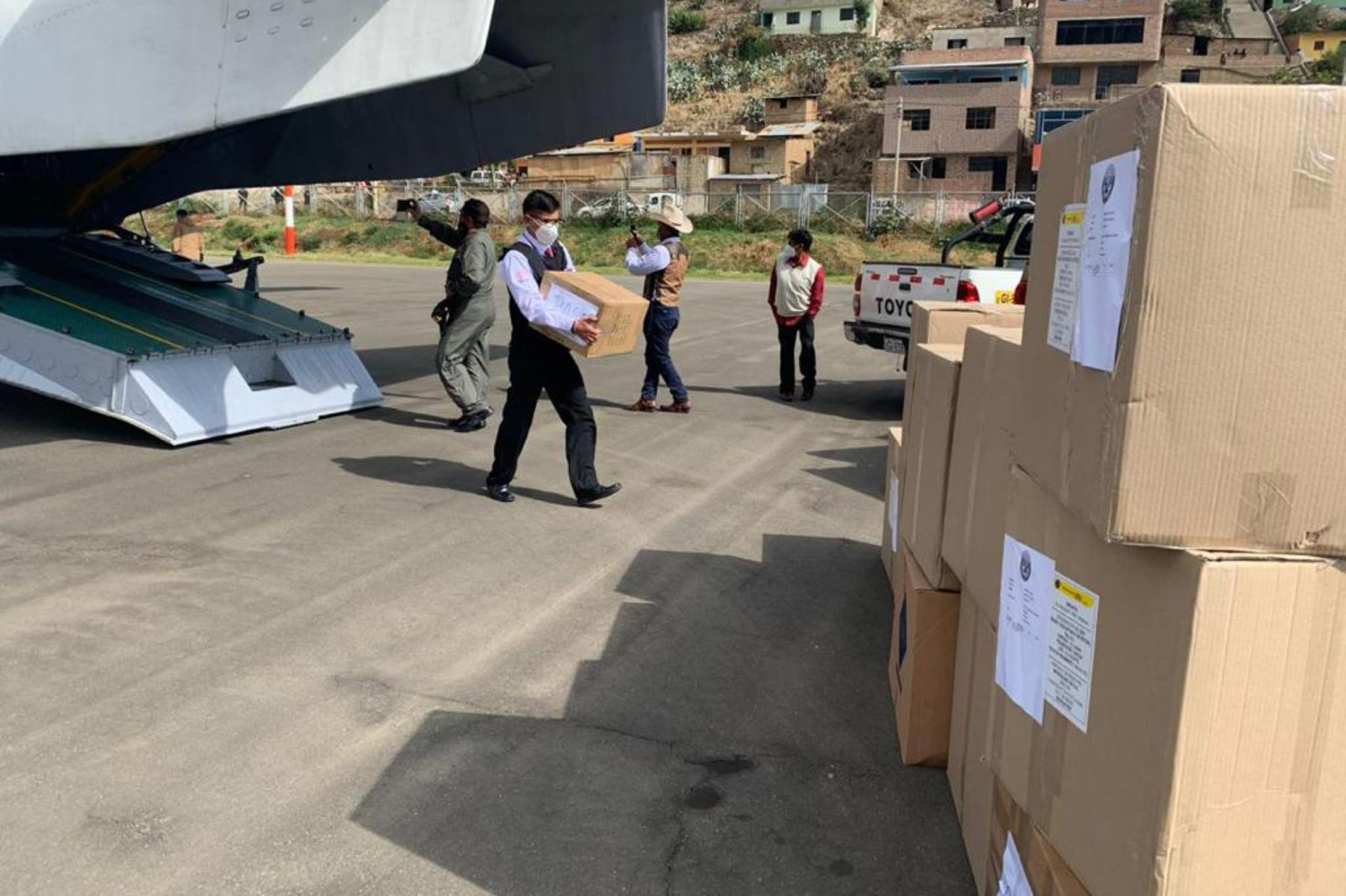 El ministro del Interior, César Gentille llega a la región Pasco para fortalecer las acciones de lucha contra el covid -19, mediante la entrega de más de 2 toneladas de equipos de protección personal y medicamentos para la población y el cuerpo policial. Foto: Mininter