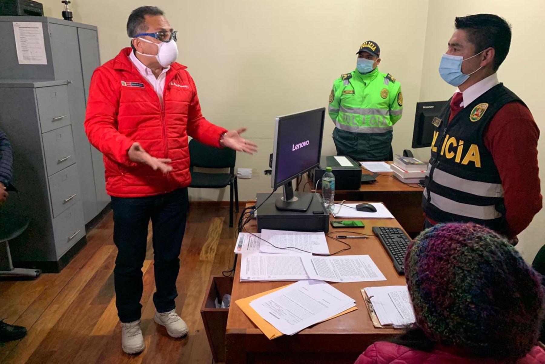 El ministro del Interior, César Gentille inspecciona las instalaciones de la comisaría PNP Yanacancha, en Pasco, y alienta a los agentes policiales a seguir con su labor al frente de la primera línea de batalla contra el covid – 19 y en favor de la seguridad ciudadana. Foto: Mininter