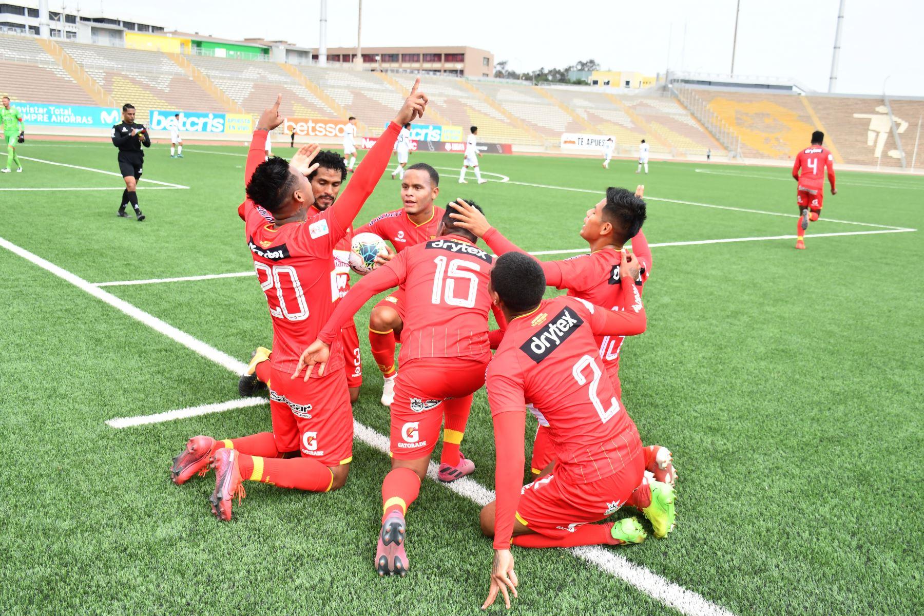 El futbolista Víctor Balta de Sport Huancayo  , celebra su gol ante  U. San Martín , durante el partido por la fecha 14  de la Liga 1 del Torneo Apertura 2020, estadio San Marcos. Foto: @LigaFutProfdel