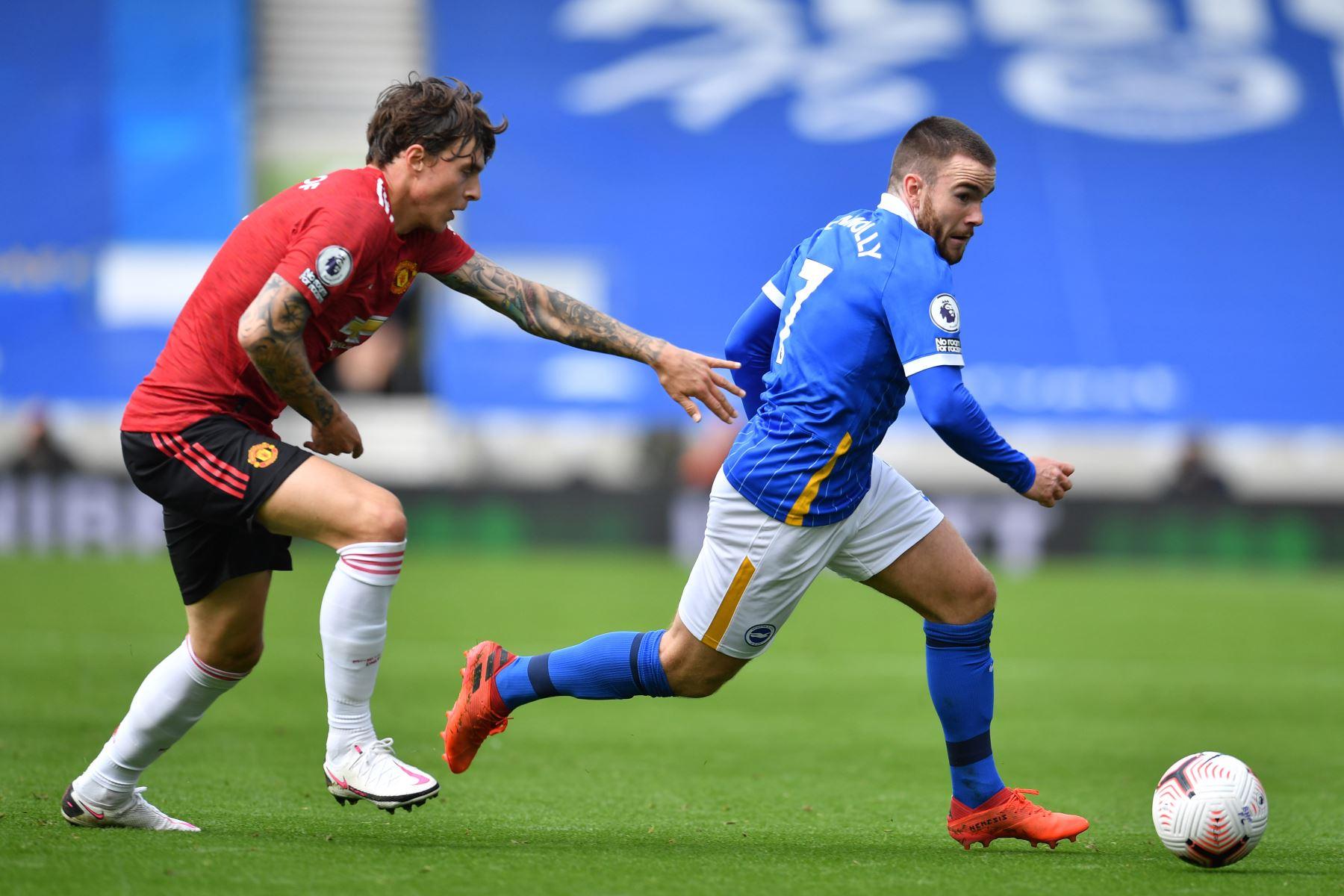 El defensor sueco del Manchester United, Victor Lindelof, compite con el delantero irlandés de Brighton, Aaron Connolly, durante el partido de fútbol de la Premier League. Foto: AFP