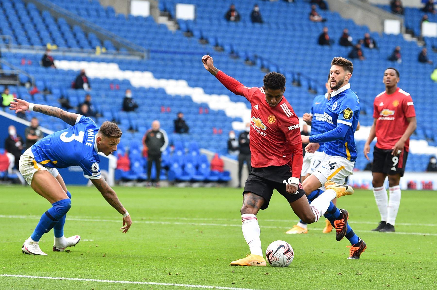 El delantero inglés del Manchester United, Marcus Rashford, anota el segundo gol de su equipo durante el partido de fútbol de la Premier League en el American Express Community Stadium. Foto: AFP