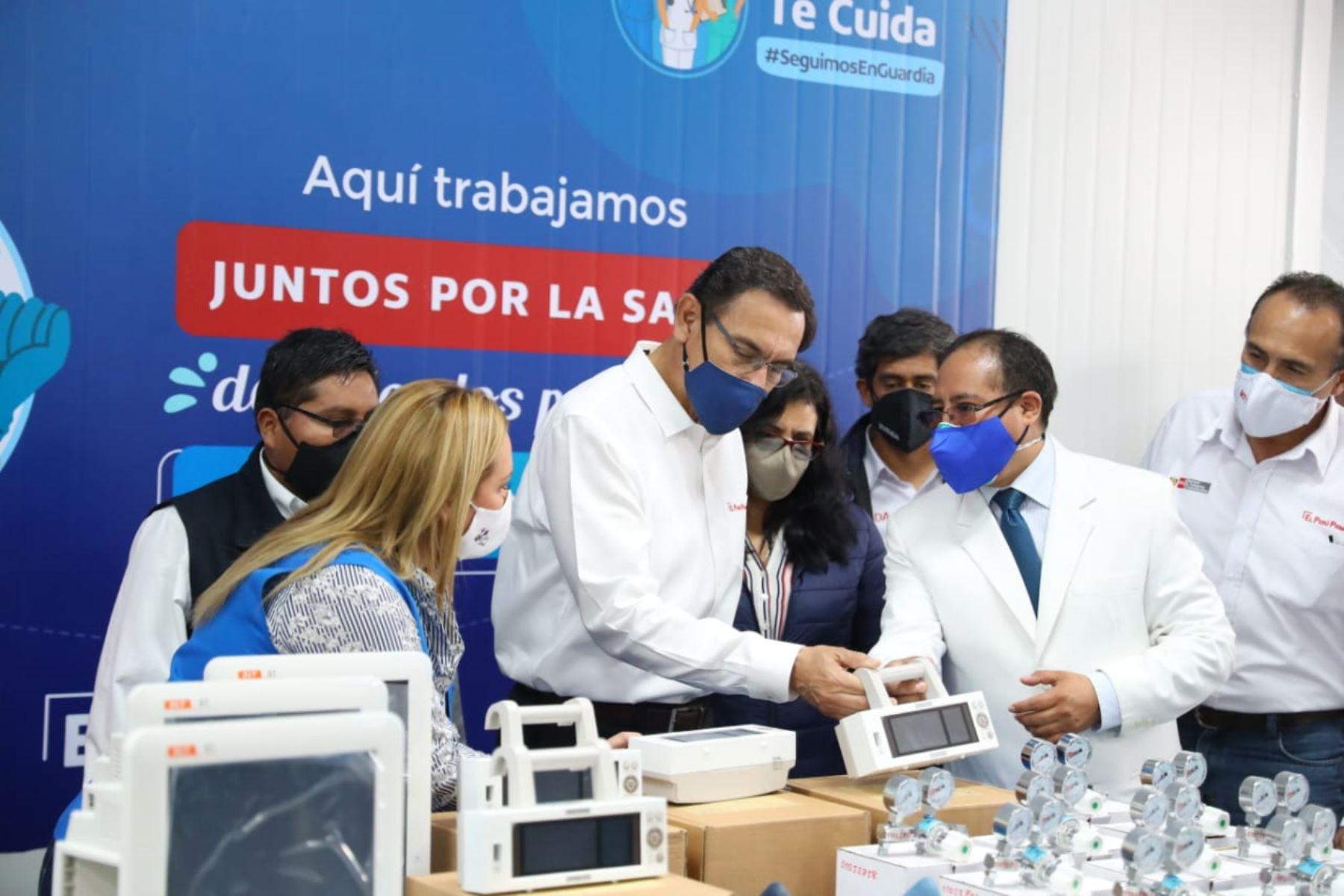Presidente Martín Vizcarra inspecciona Hospital Viñani de Essalud en Tacna. Lo acompaña la presidenta ejecutiva de EsSalud, Fiorella Molinelli. Foto: ANDINA/Prensa Presidencia
