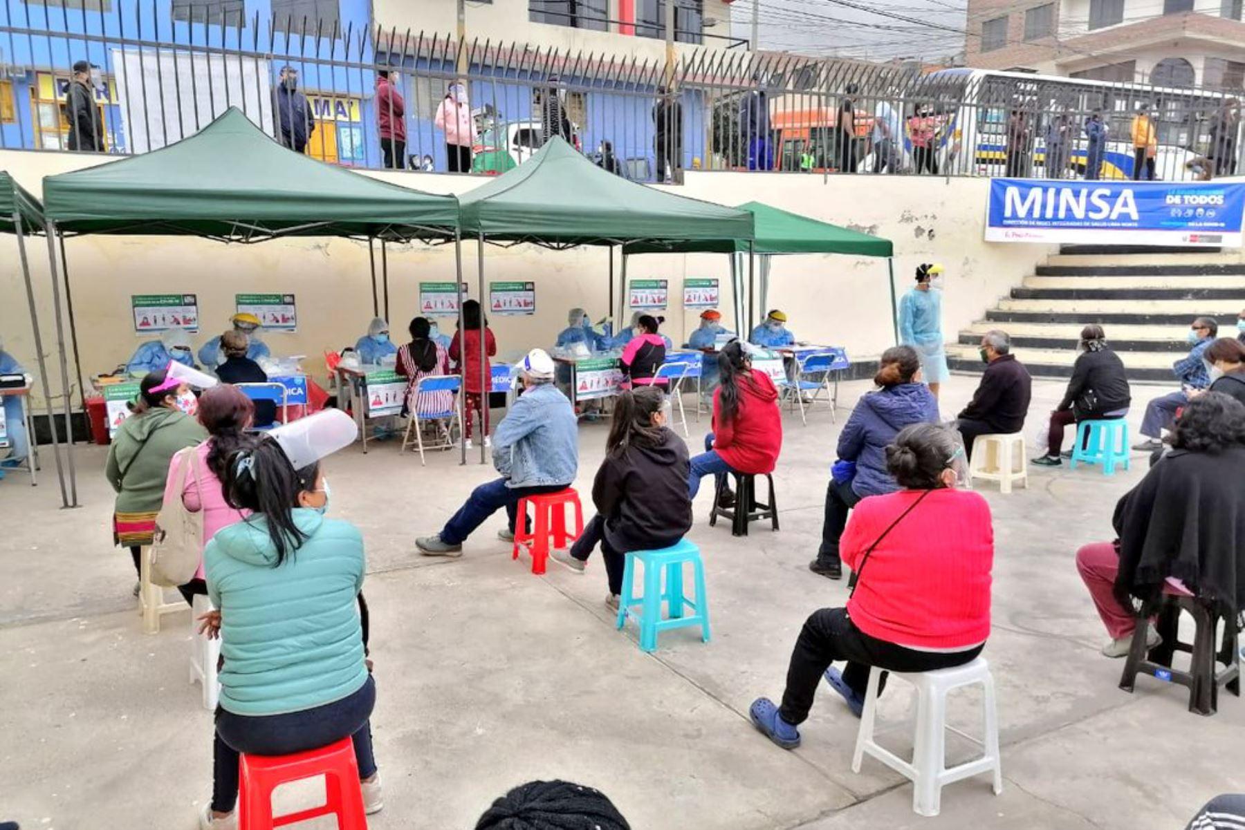 Brigadas del Minsa brindan atención médica y diagnóstico de covid-19 a familias de la zona de Tahuantinsuyo Alto en el distrito de Independencia. Niños y adultos reciben vacunación, descarte de anemia, evaluación visual y odontológica, entre otros. Foto: Minsa