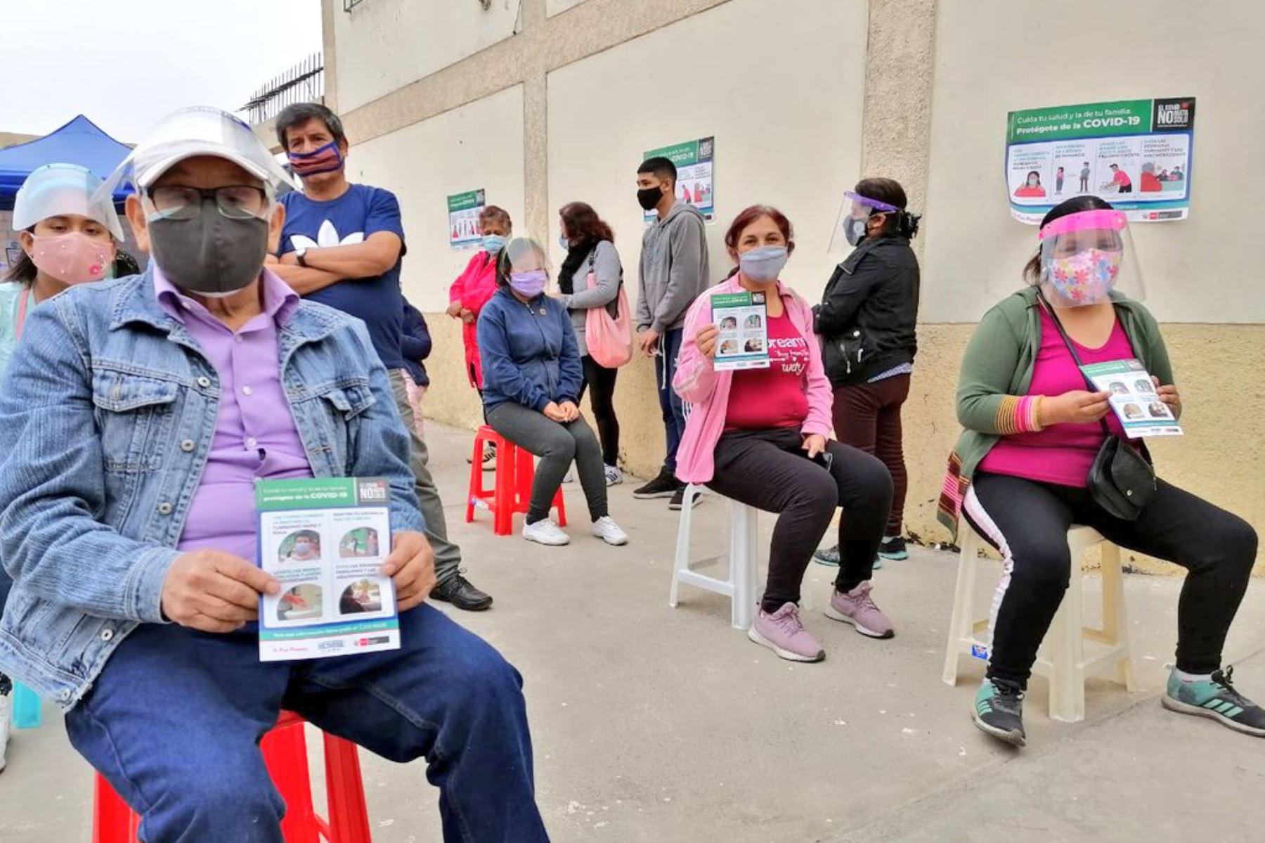 Diris Lima Norte brinda atención médica a familias de la diócesis de Carabayllo , en la Capilla San Martín de Porres , con el apoyo de organizaciones de la sociedad civil. Foto: Minsa