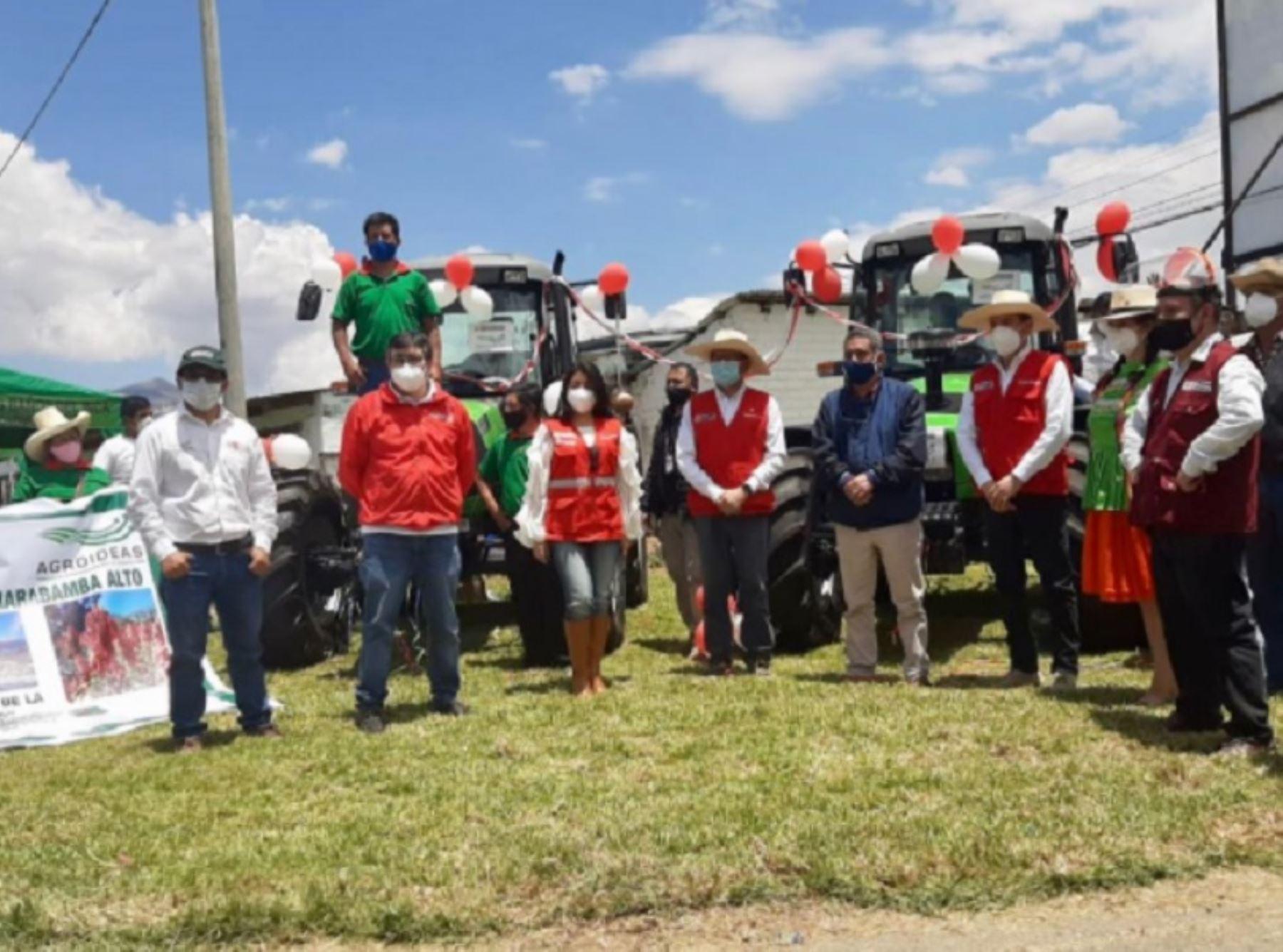 El presidente del Consejo de Ministros, Walter Martos, entregó hoy maquinaria agrícola y financiamiento para planes de negocio a siete organizaciones agrarias de Cajamarca, beneficiarias del Programa Agroideas, del Ministerio de Agricultura y Riego. Foto: Agroideas/Minagri