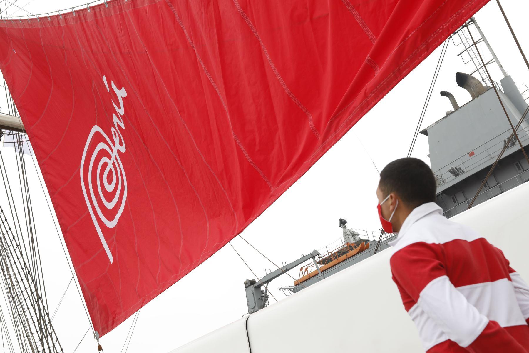 """Ministra de Comercio Exterior y Turismo, Rocio Barrios entregó la  """"Marca Perú """"al BAP Unión; gracias a ello la nave llevará impresa ese logo en su vela principal. Esta actividad se realiza en el marco del Día Mundial del Turismo. Foto: Mincetur"""
