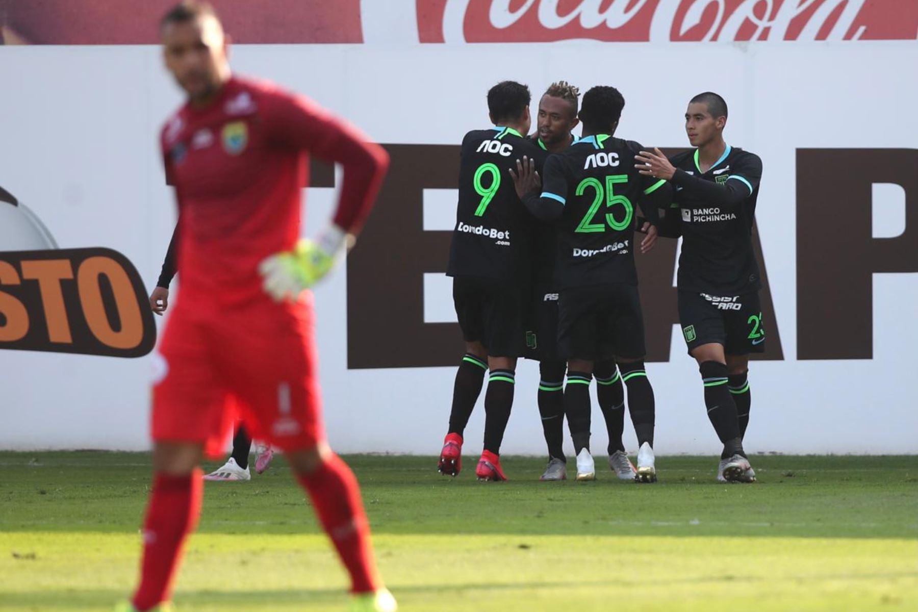 El futbolista Joazhino Arroé  de Alianza Lima , celebra su gol anotado ante el club Carlos Stein  , durante el partido por la fecha 14 de la Liga 1 del Torneo Apertura 2020, en la Videna FPF.  Foto: @LigaFutProfdel