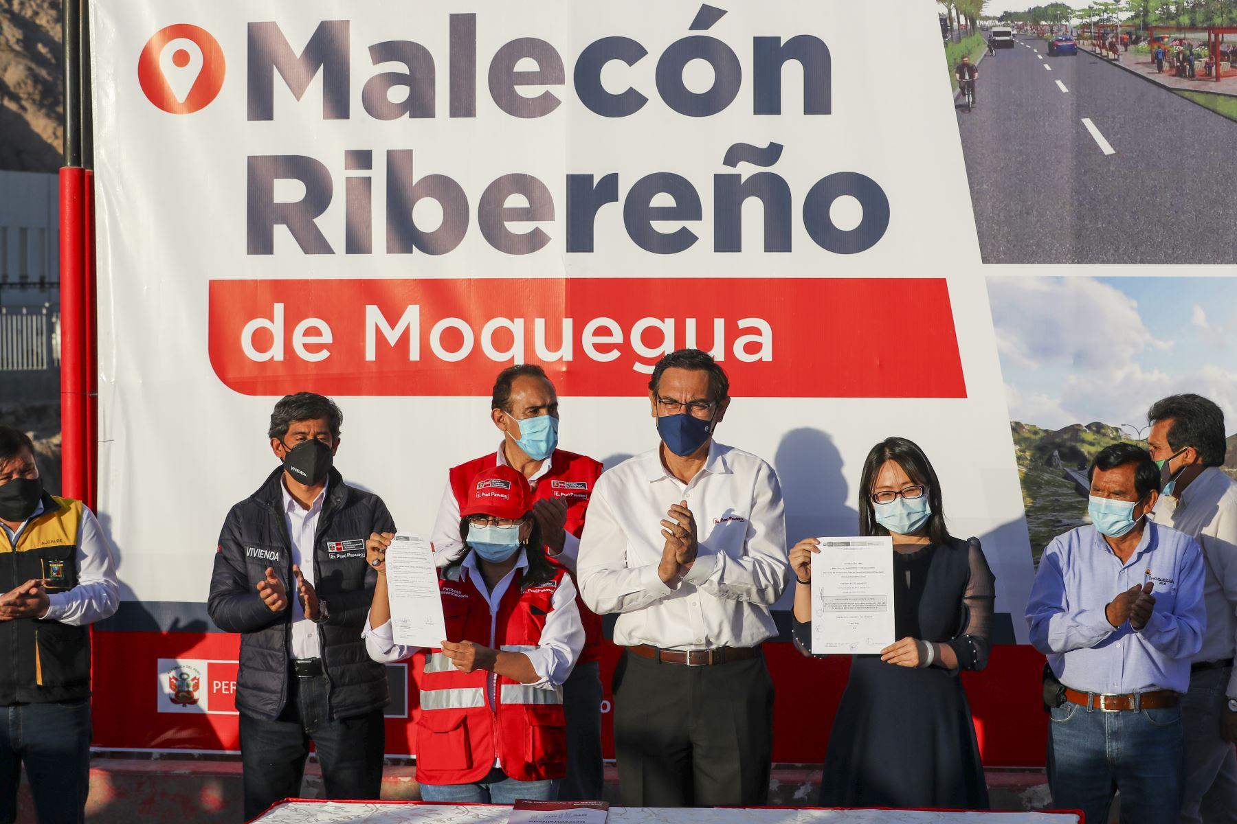 En compañía de los ministros de Estado, el presidente Vizcarra  presenció la firma del contrato para la ejecución del malecón ribereño de Moquegua. Foto: ANDINA/Prensa Presidencia