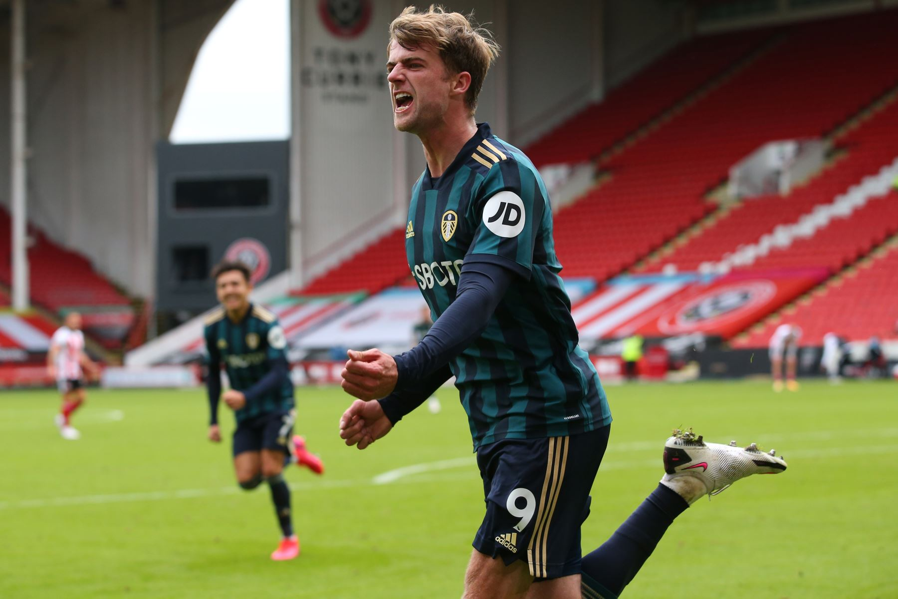 El delantero inglés del Leeds United, Patrick Bamford, celebra después de anotar el gol de apertura del partido de fútbol de la Premier League. Foto: AFP