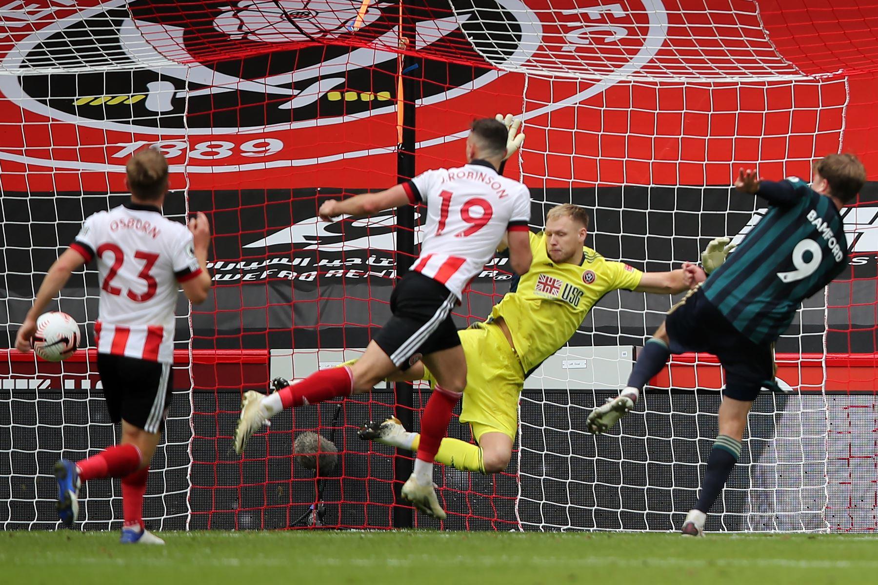 El delantero inglés del Leeds United, Patrick Bamford, dispara para anotar el gol de apertura durante el partido de fútbol de la Premier League inglesa. Foto: AFP