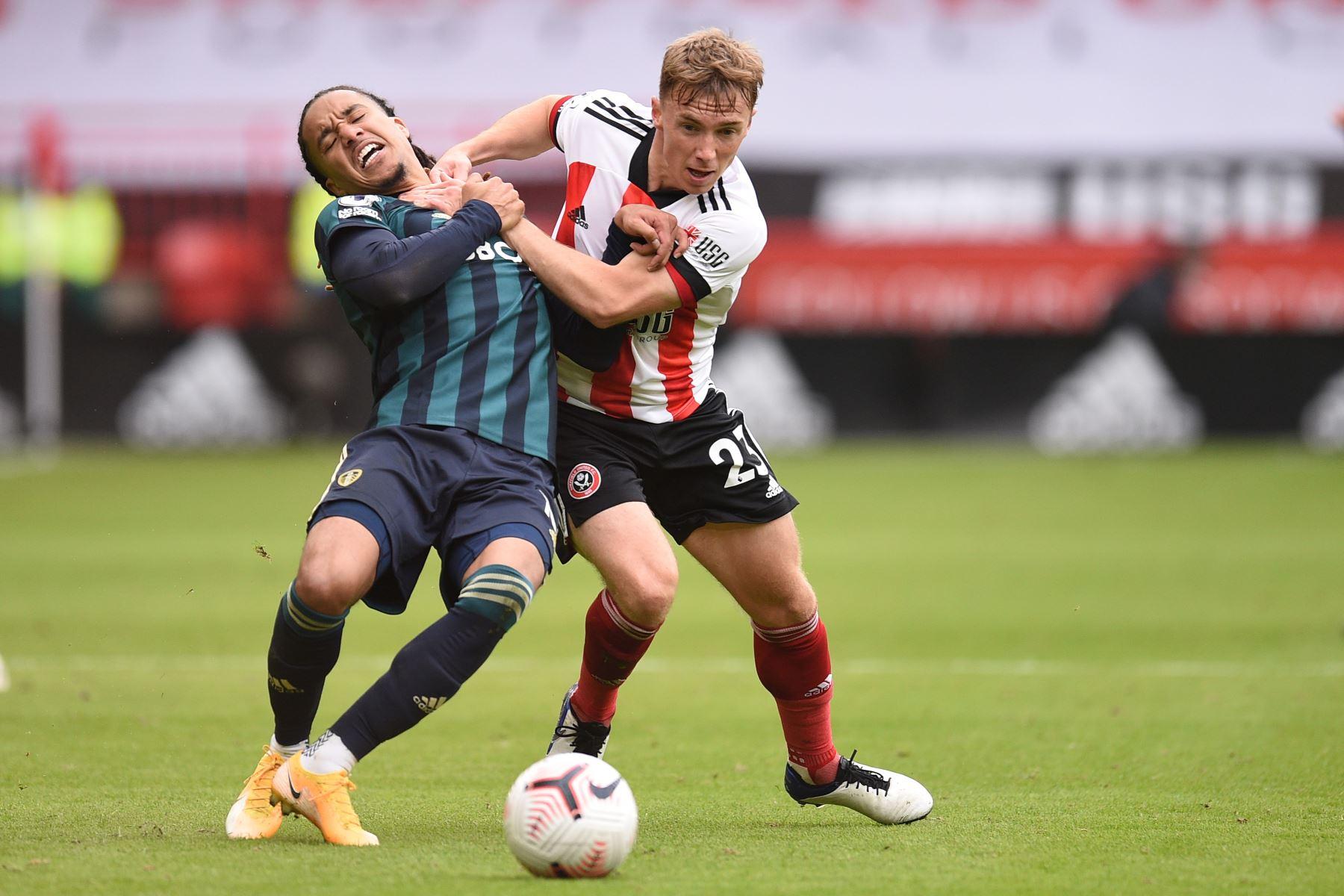 El mediocampista portugués de Leeds United, Helder Costa, compite con el mediocampista inglés de Sheffield United, Ben Osborn, durante el partido de fútbol de la Premier League. Foto: AFP