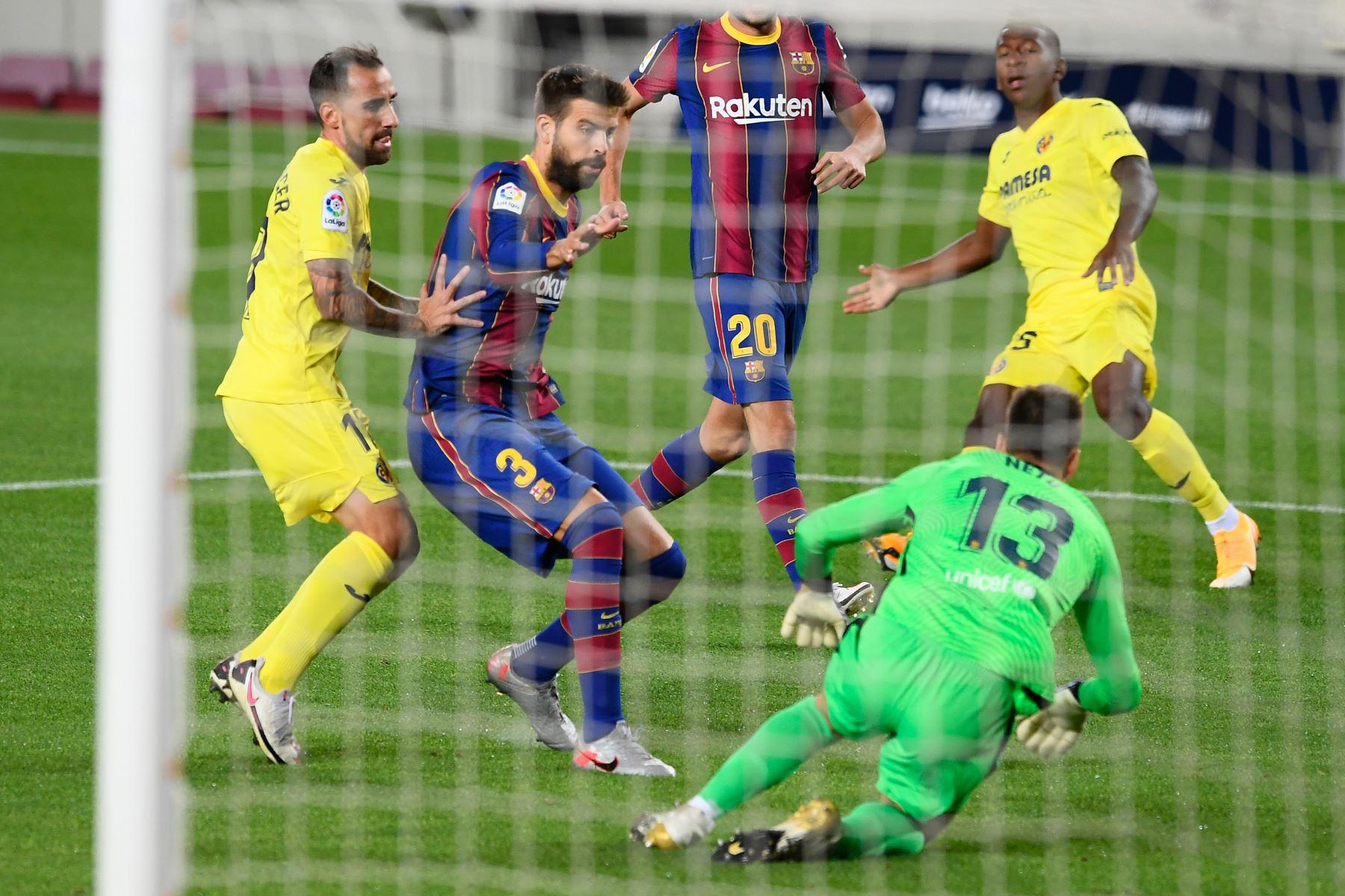El delantero español del Villarreal, Paco Alcacer, desafía al defensa español del Barcelona, Gerard Piqué, durante el partido de fútbol de la liga española FC. Foto: AFP