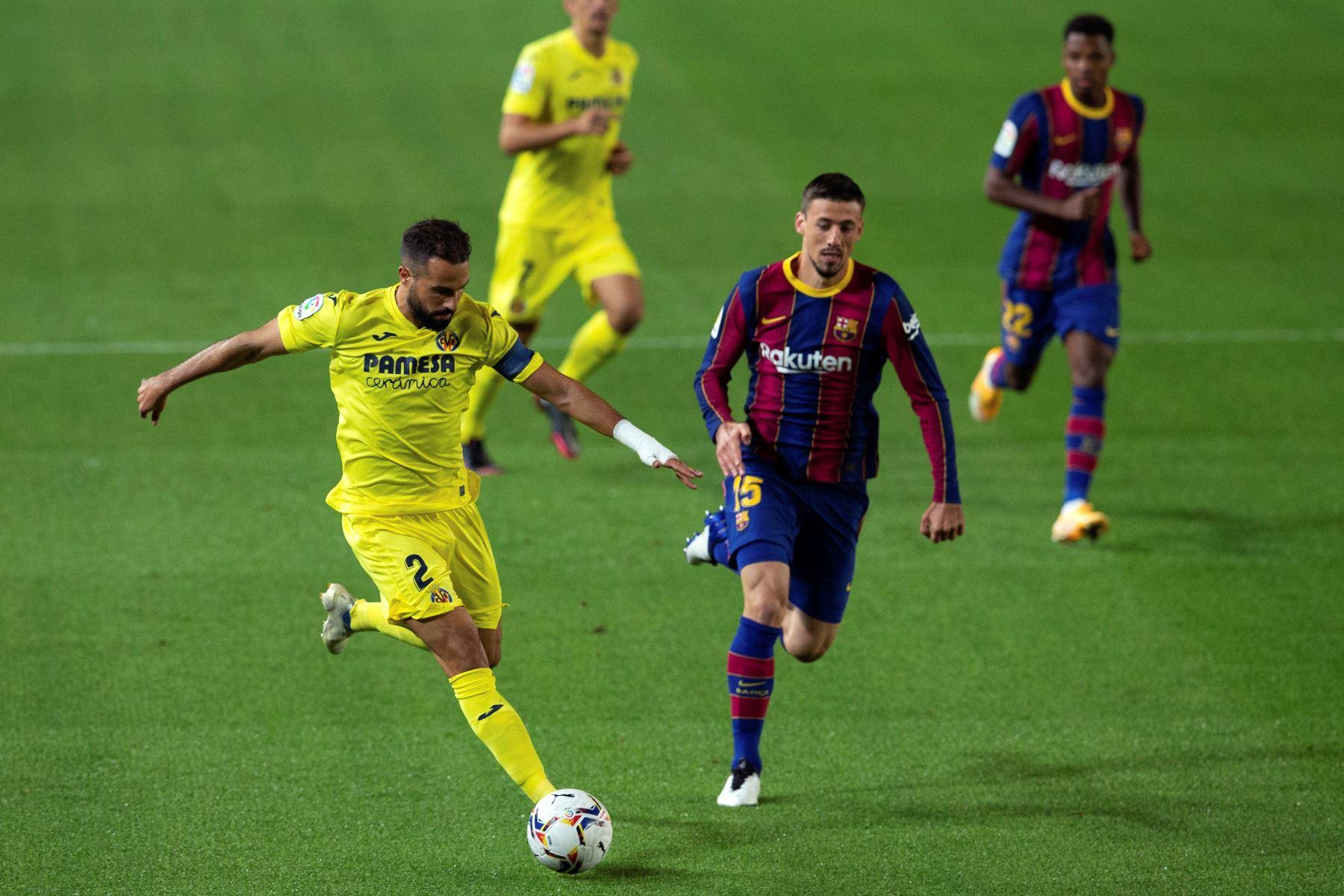 El defensa del Villarreal Mario Gaspa y el defensa francés del FC Barelona, Clement Lenglet, disputan el balón durante el partido correspondiente a la tercera jornada de Liga, en el estadio Camp Nou de Barcelona. Foto: EFE