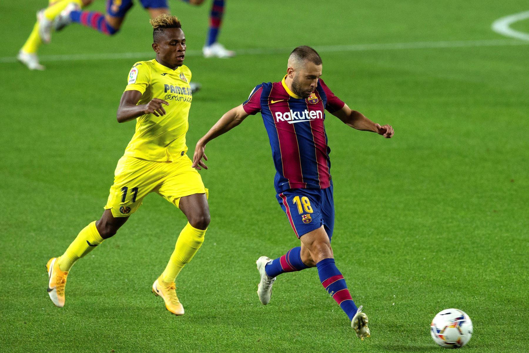 El defensa del FC Barcelona, Jordi Alba disputa el balón ante el centrocampista nigeriano del VIllarreal, Samuel Chukwueze, durante el partido correspondiente a la tercera jornada de Liga que disputan en el estadio Camp Nou de Barcelona. Foto: EFE