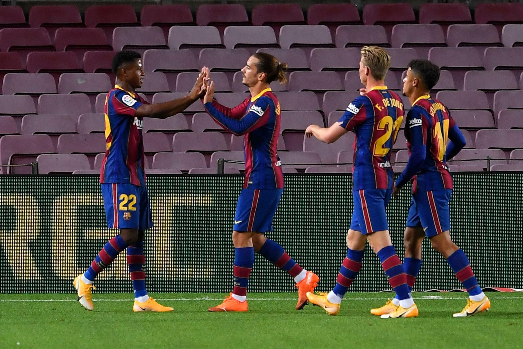 El delantero español del Barcelona Ansu Fati celebra con sus compañeros de equipo después de anotar un segundo gol durante el partido de fútbol de la liga española. Foto: AFP