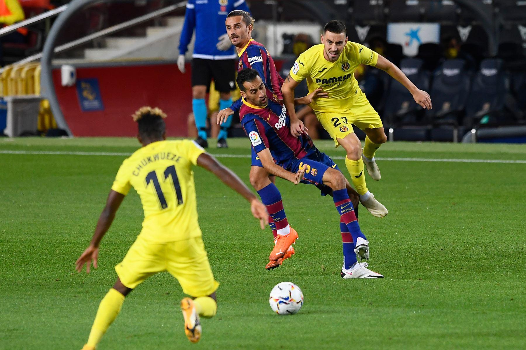 El centrocampista español del Villarreal, Moisés Gómez, desafía al mediocampista español del Barcelona, Sergio Busquets, durante el partido de fútbol de la liga española. Foto: AFP