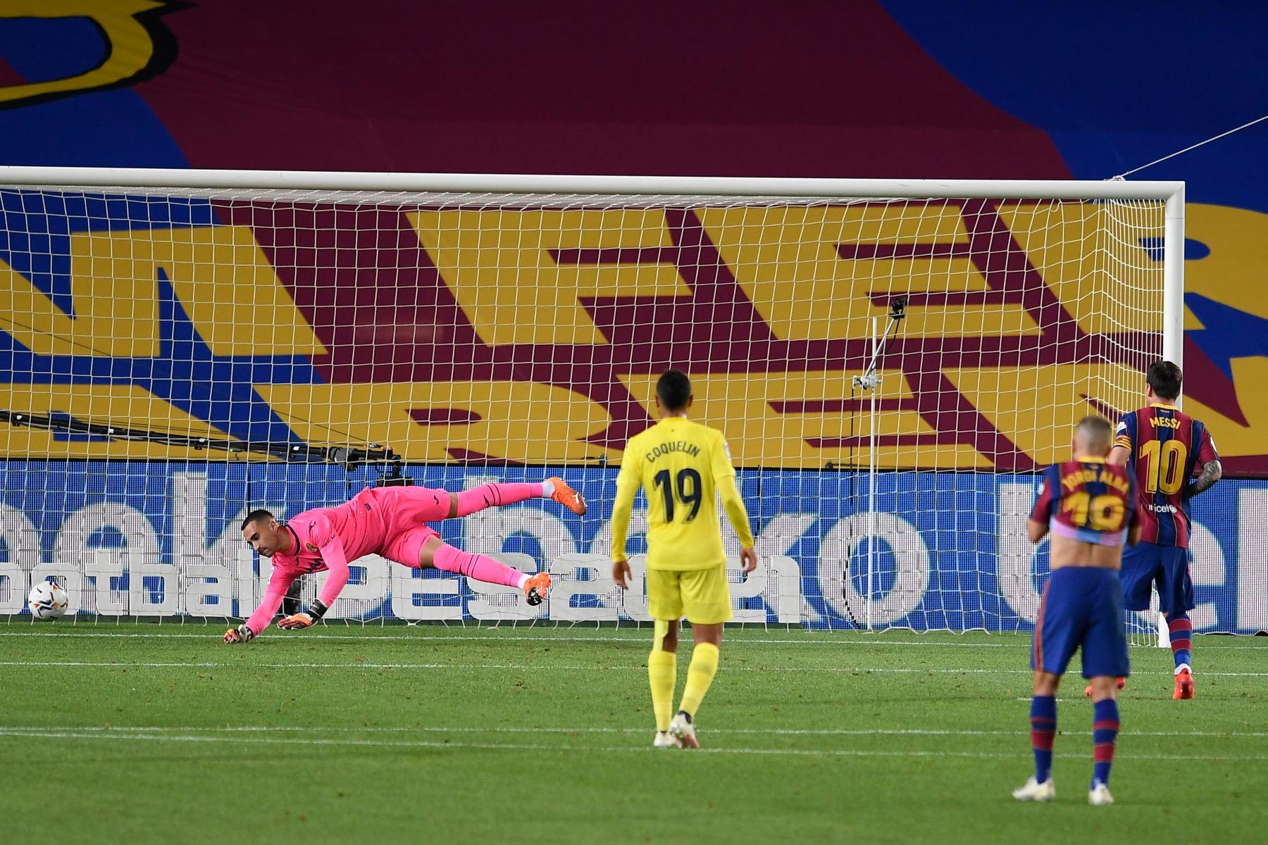 El delantero argentino del Barcelona Lionel Messi marca un penalti durante el partido de fútbol contra Villarreal por la liga española. Foto: AFP