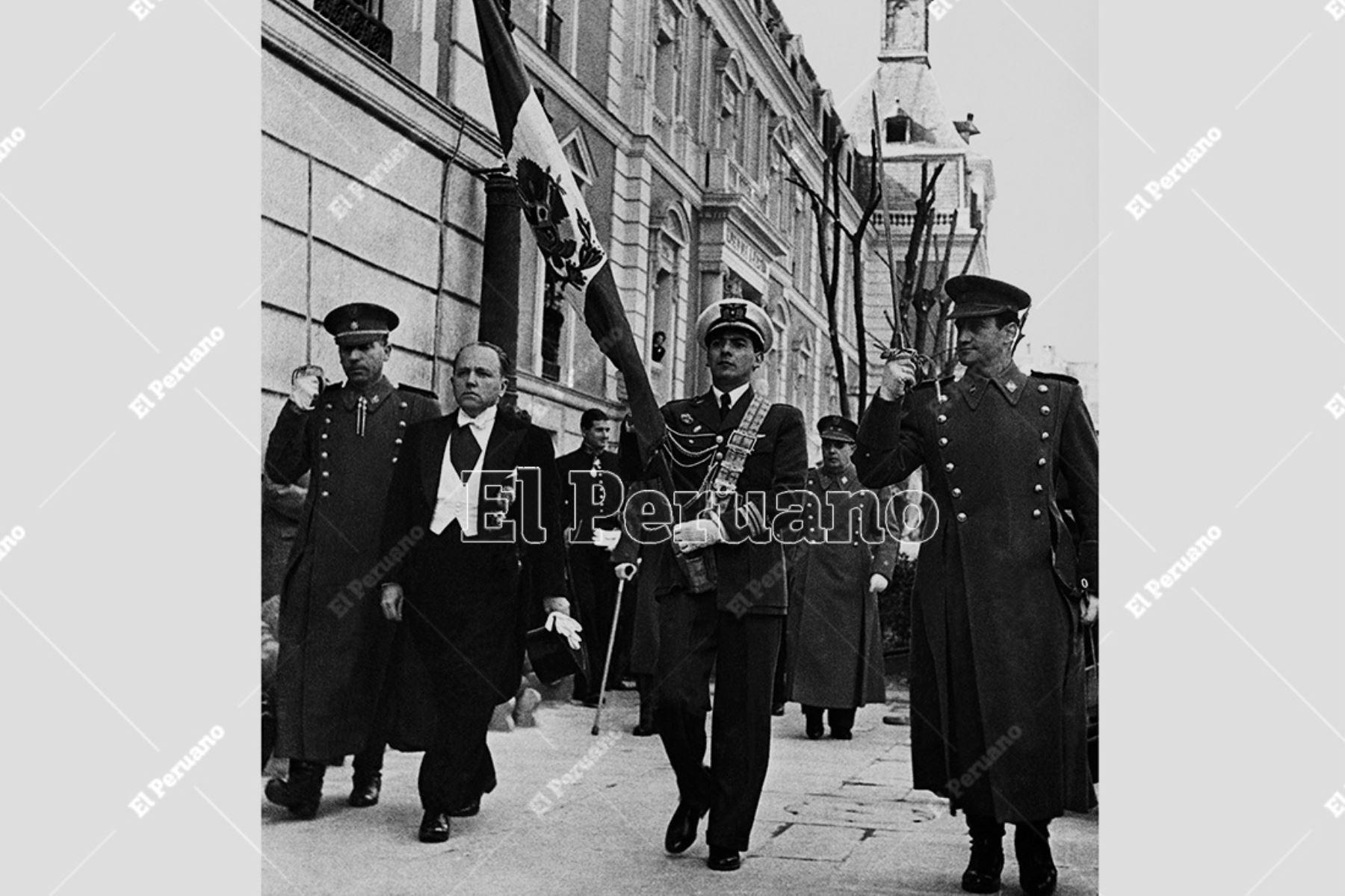 Madrid, España - 1949 / El embajador del Perú en España, Raúl Porras Barrenechea, hace entrega de una bandera nacional al Museo del Ejército español. Foto: Archivo Histórico de El Peruano