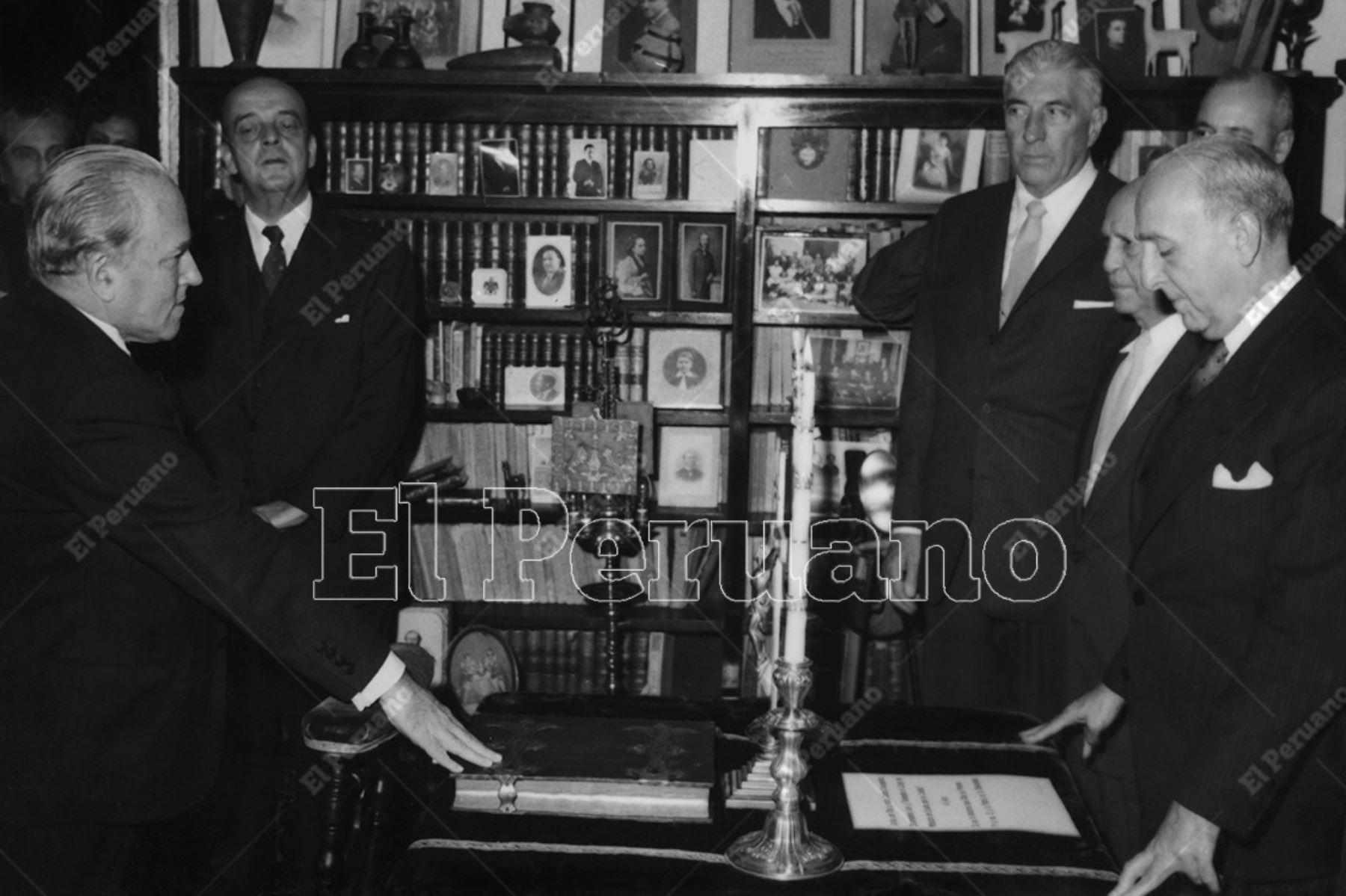 Lima - 10 junio 1958 / Raúl Porras Barrenechea, presta juramento ante el presidente Manuel Prado. Debido a su enfermedad, el nuevo canciller tuvo que jurar en su residencia, en un hecho sin precedentes en nuestra historia republicana.  Foto: Archivo Histórico de El Peruano