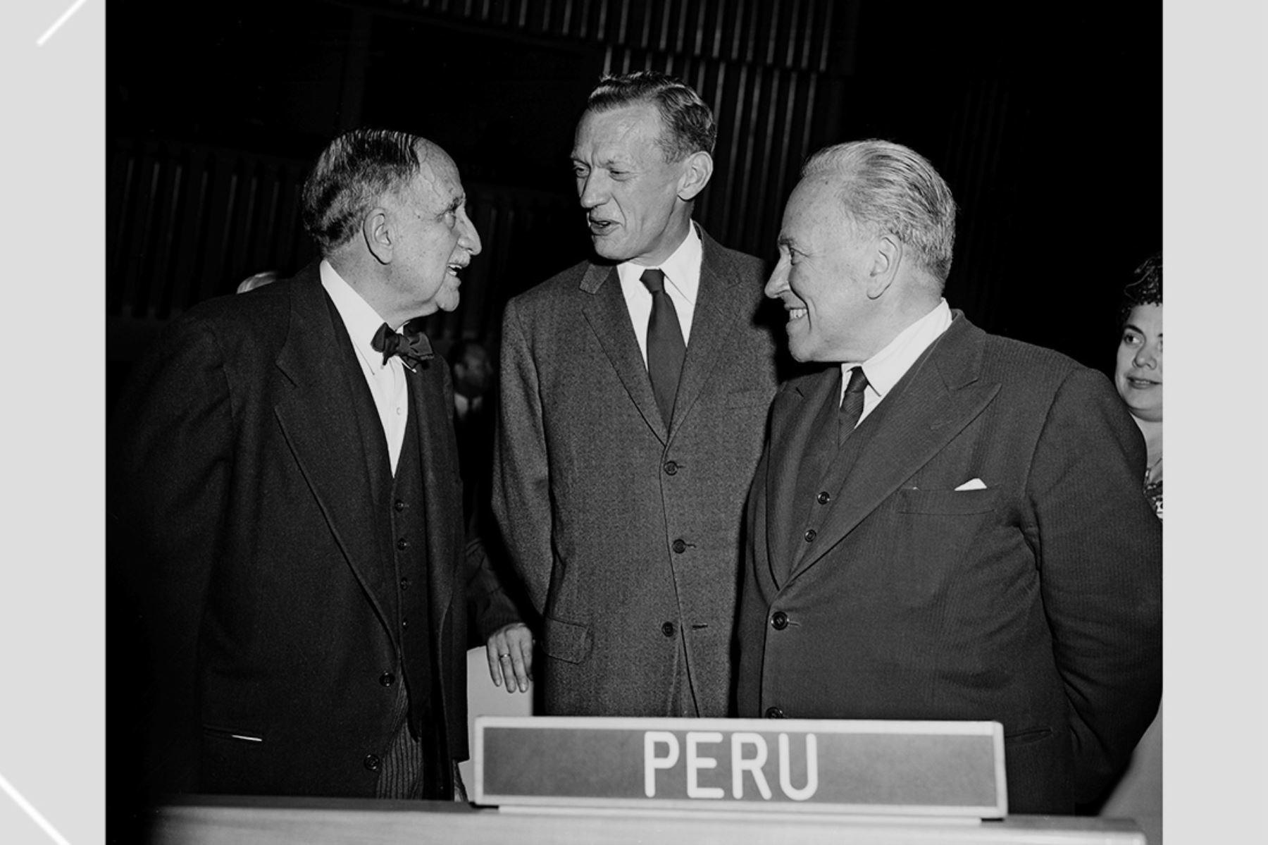 Nueva York - 15 setiembre 1959 / El presidente de la Asamblea General, Victor Andrés Belaunde, y los ministros de Relaciones Exteriores de Francia,  Maurice Couve de Murville, y  del Perú, Raúl Porras Barrenechea, en la Sede de las Naciones Unidas. Foto: Naciones Unidas