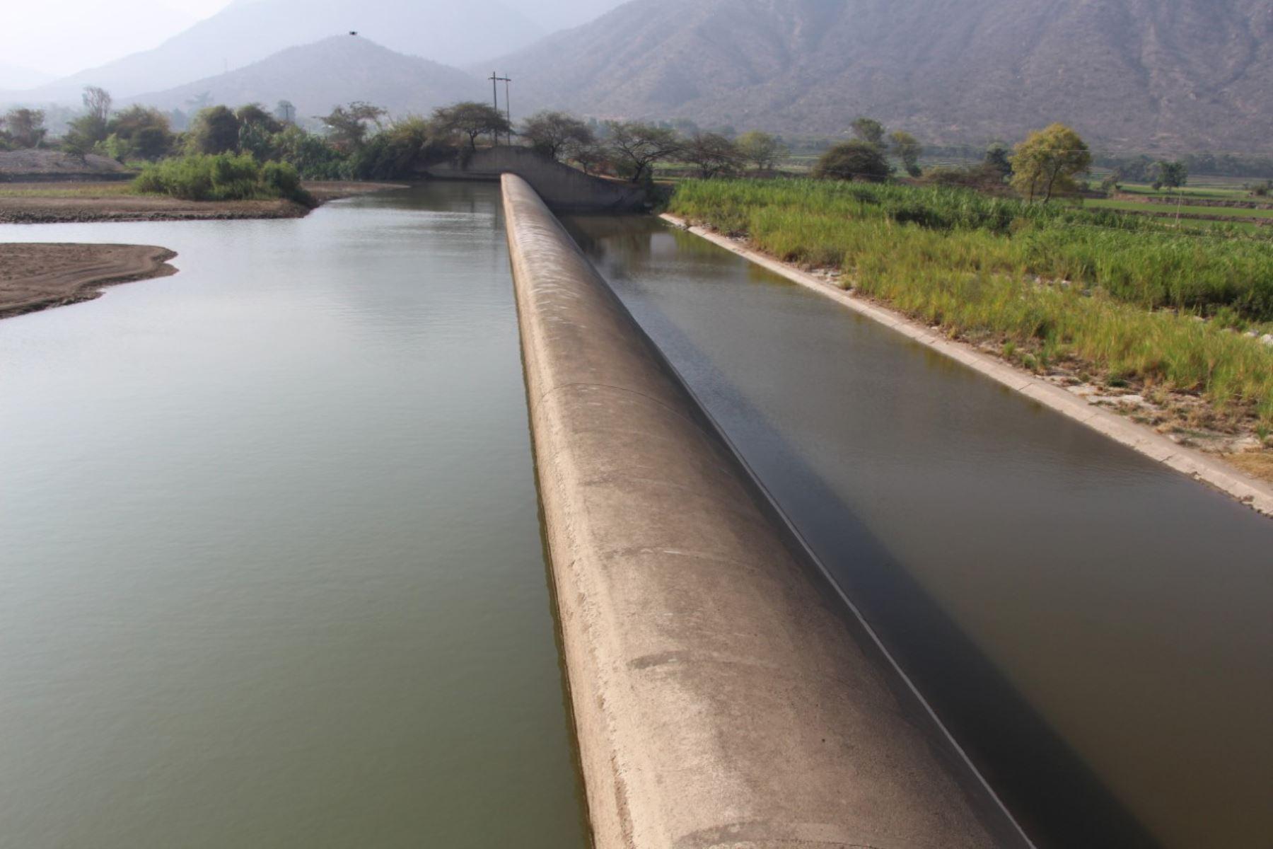 El ministro de Agricultura, Jorge Montenegro supervisa situación de bocatoma Raca Rumi, captación principal del sistema Tinajones en el río Chancay-Lambayeque, a fin de elaborar el plan de acción por posible déficit hídrico que podría presentarse en el 2021. Foto: Minagri